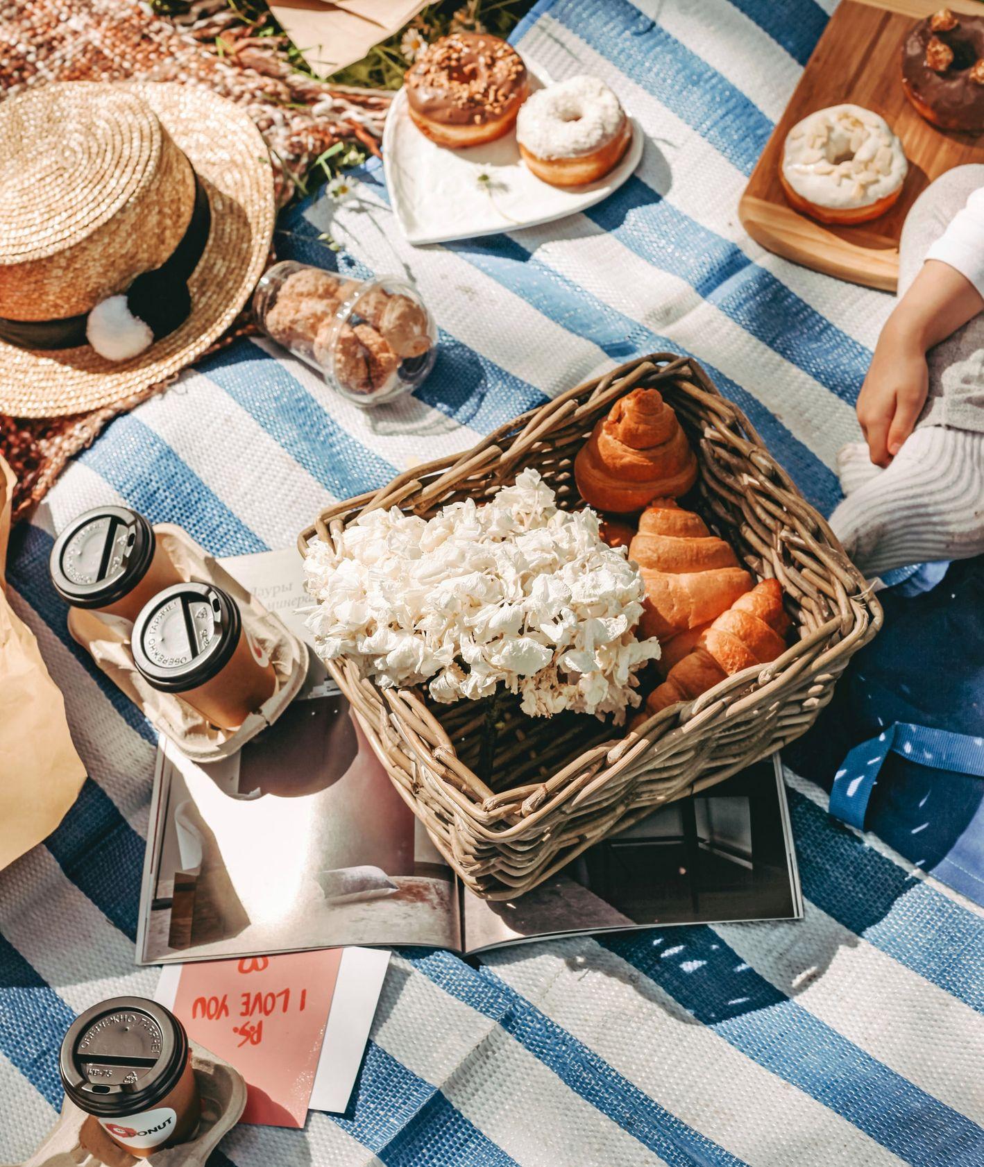 Piknik, relaks na zewnątrz, ciepła pogoda (fot. Svetlana Kuznetsowa / unsplash.com)