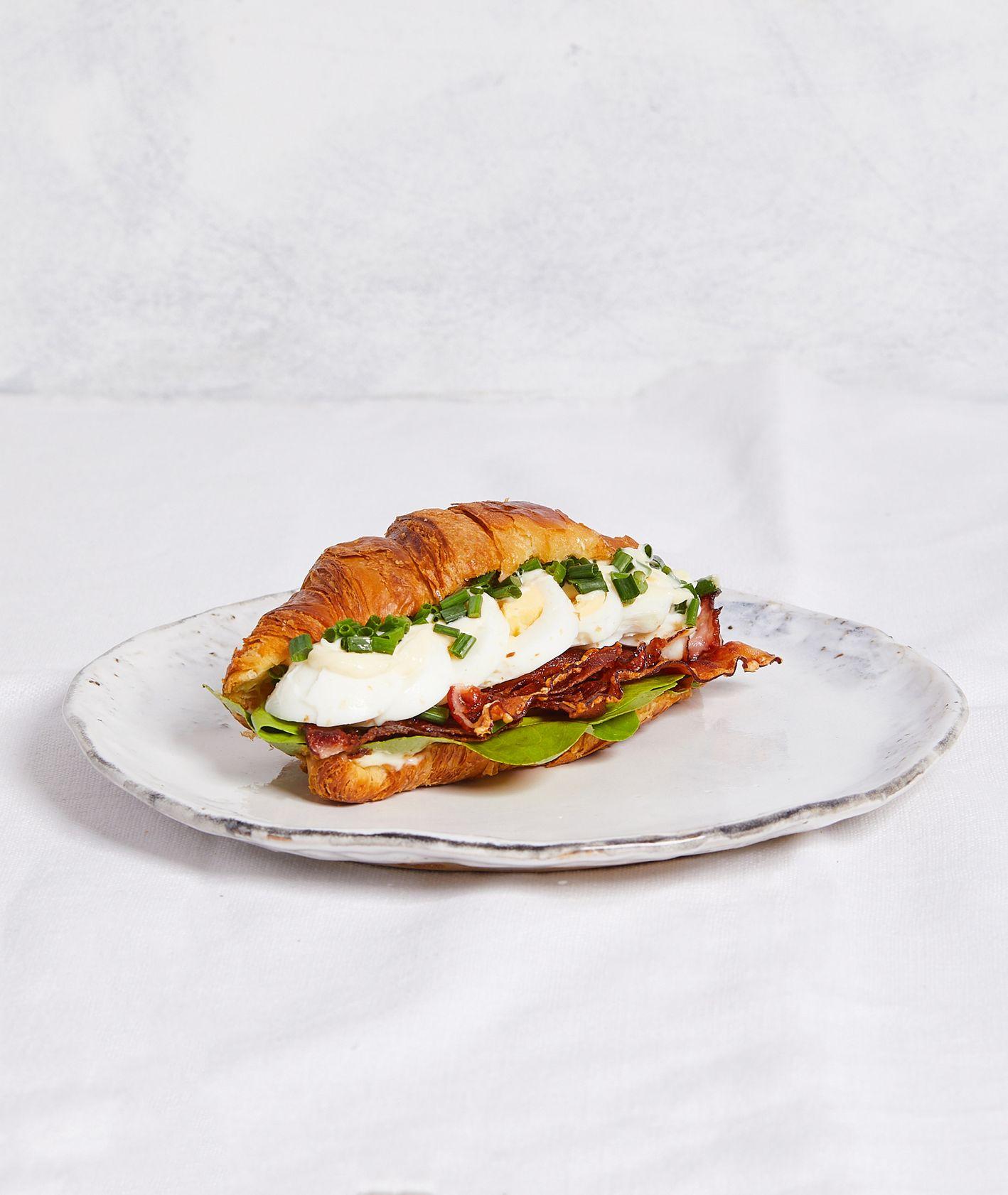 Wytrawny croissant z jajkiem na twardo, wędzonym boczkiem i wasabi (fot. Maciek Niemojewski)