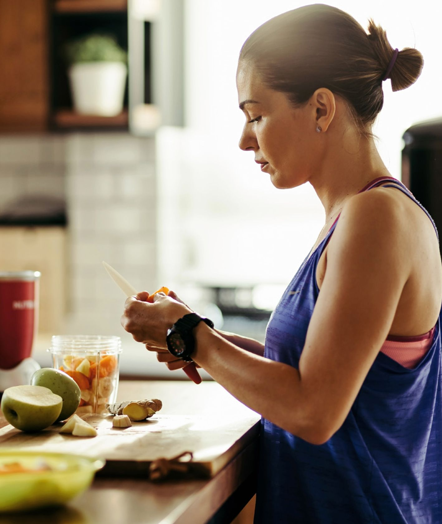 Kobieta przygotowująca sałatkę owocową – czas na zdrową dietę (fot. materiały prasowe / Getty Images)