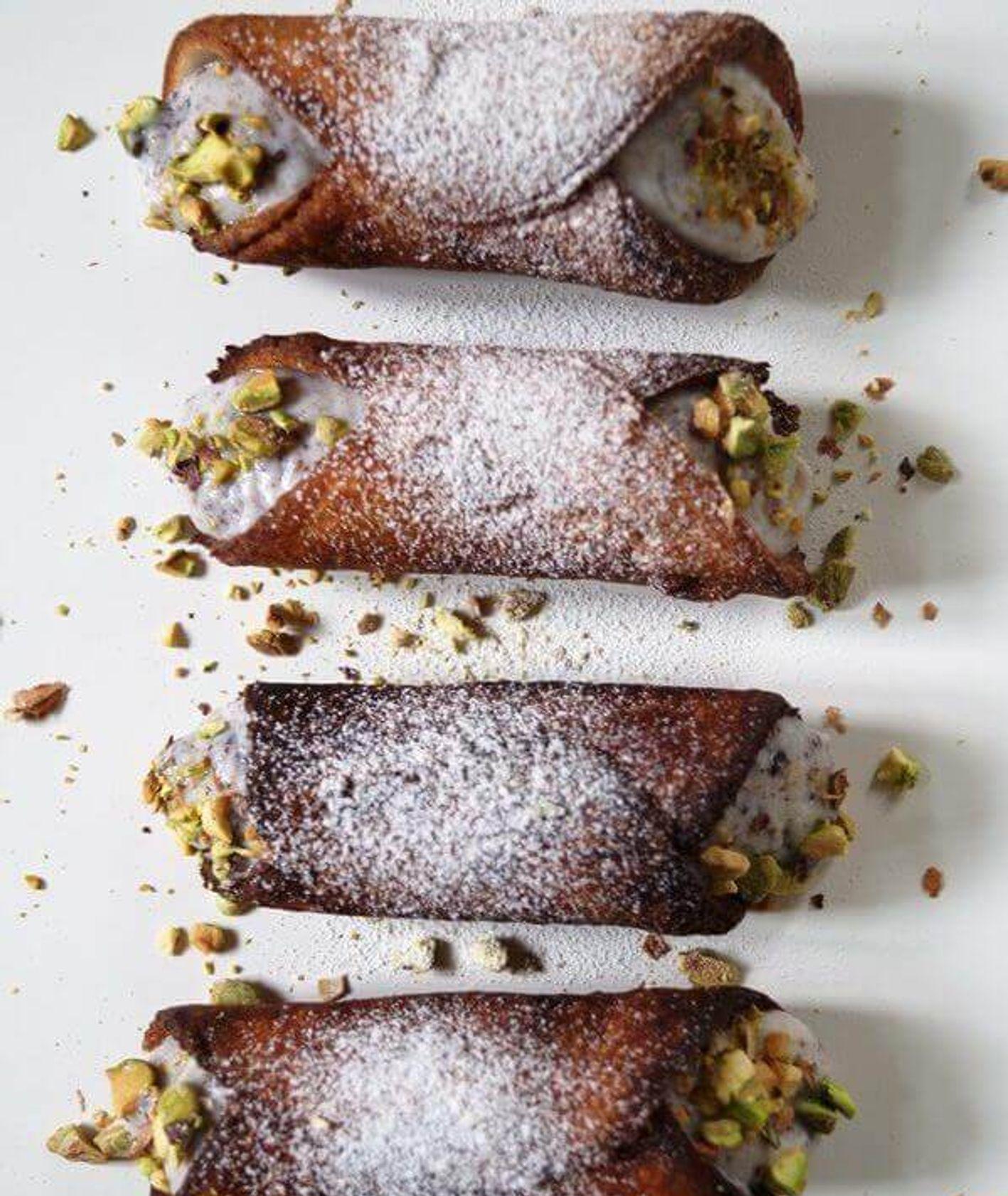Cannoli siciliani, włoskie słodycze, włoskie desery, rurka z kremem, kuchnia włoska, łatwe słodycze