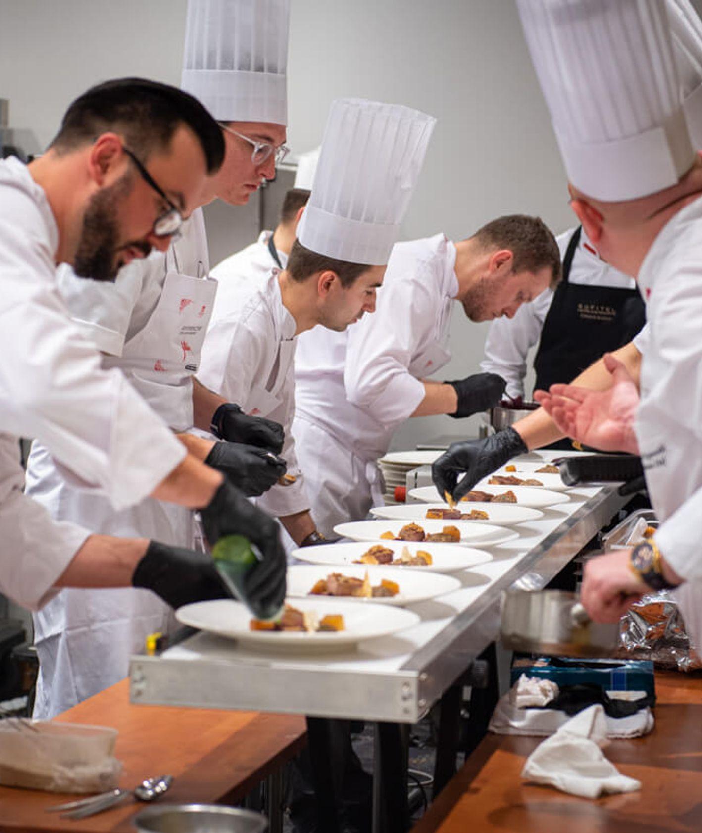 """Przygotowanie posiłków w ramach wieczoru """"Historyczny stół kulinarny – smaki Pomorza"""" (fot. materiały prasowe)"""