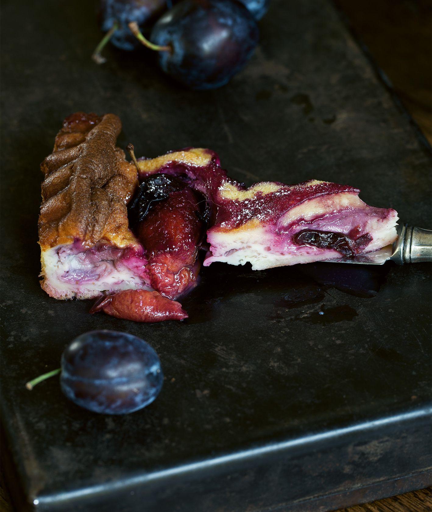 Sezonowe ciasto ze śliwkami (fot. dinnershow.studio)