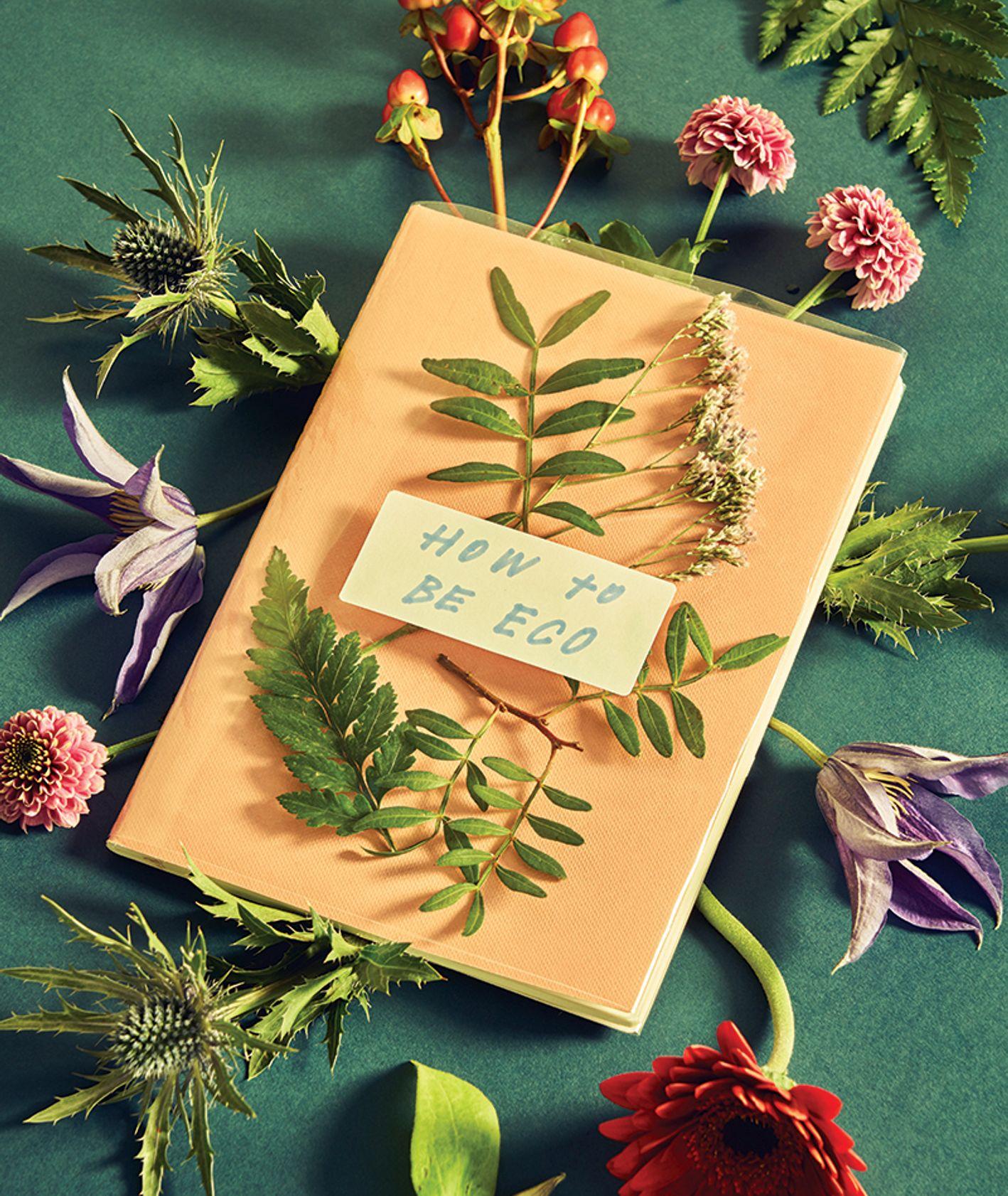 """Notes zatytułowany """"How to be eco"""", z którego wystają kwiaty (fot. Paula Patocka)"""