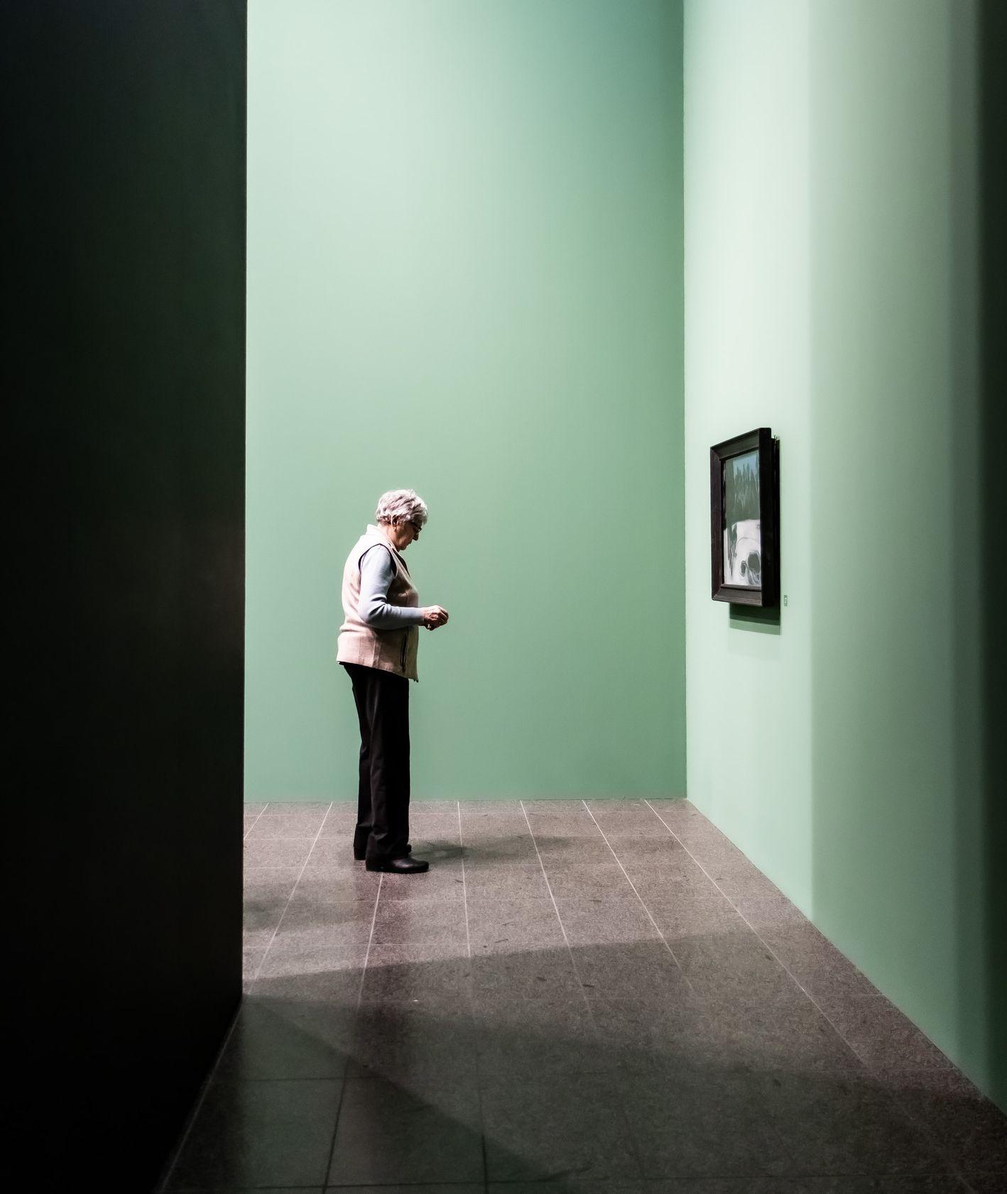 Kobieta oglądająca obraz w galerii (fot. Laura Cleffmann / unsplash.com)
