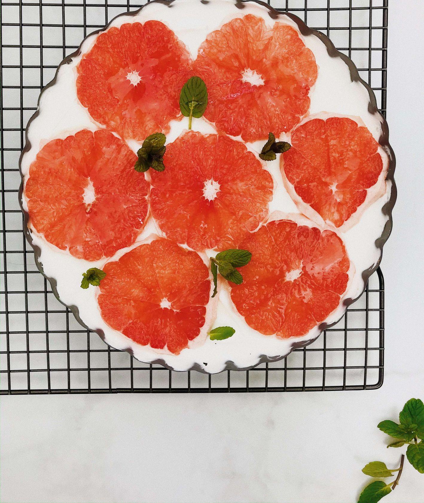 Deser na bazie kremu z serka mascarpone, z chrupiącymi herbatrnikami i grejpfrutem, przepis Izabela Heftowicz / PassionOn