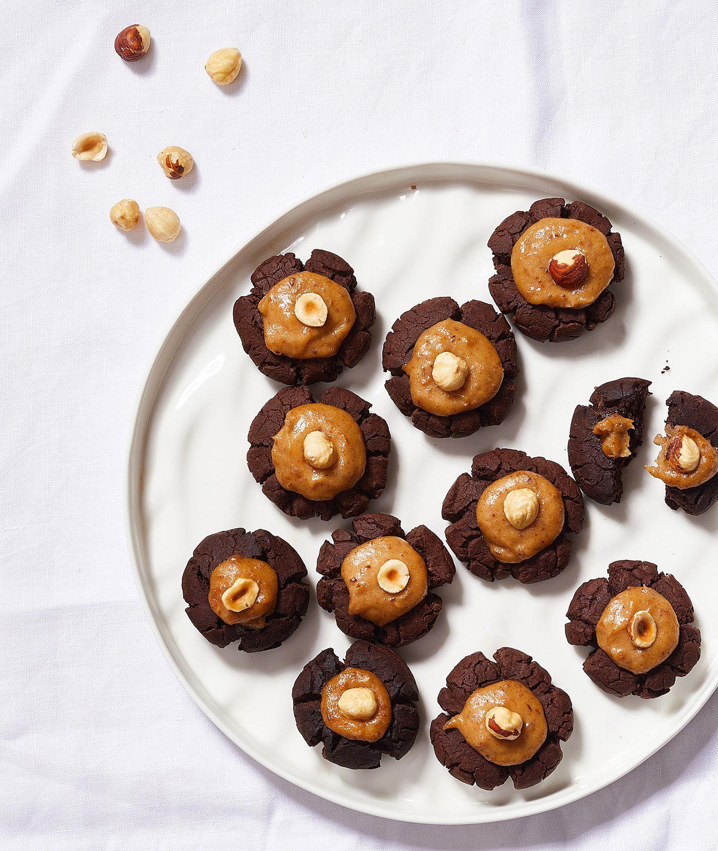 Słodycze bez białego cukru. Czekoladowe ciasteczka z solonym karmelem (fot. Maciek Niemojewski)