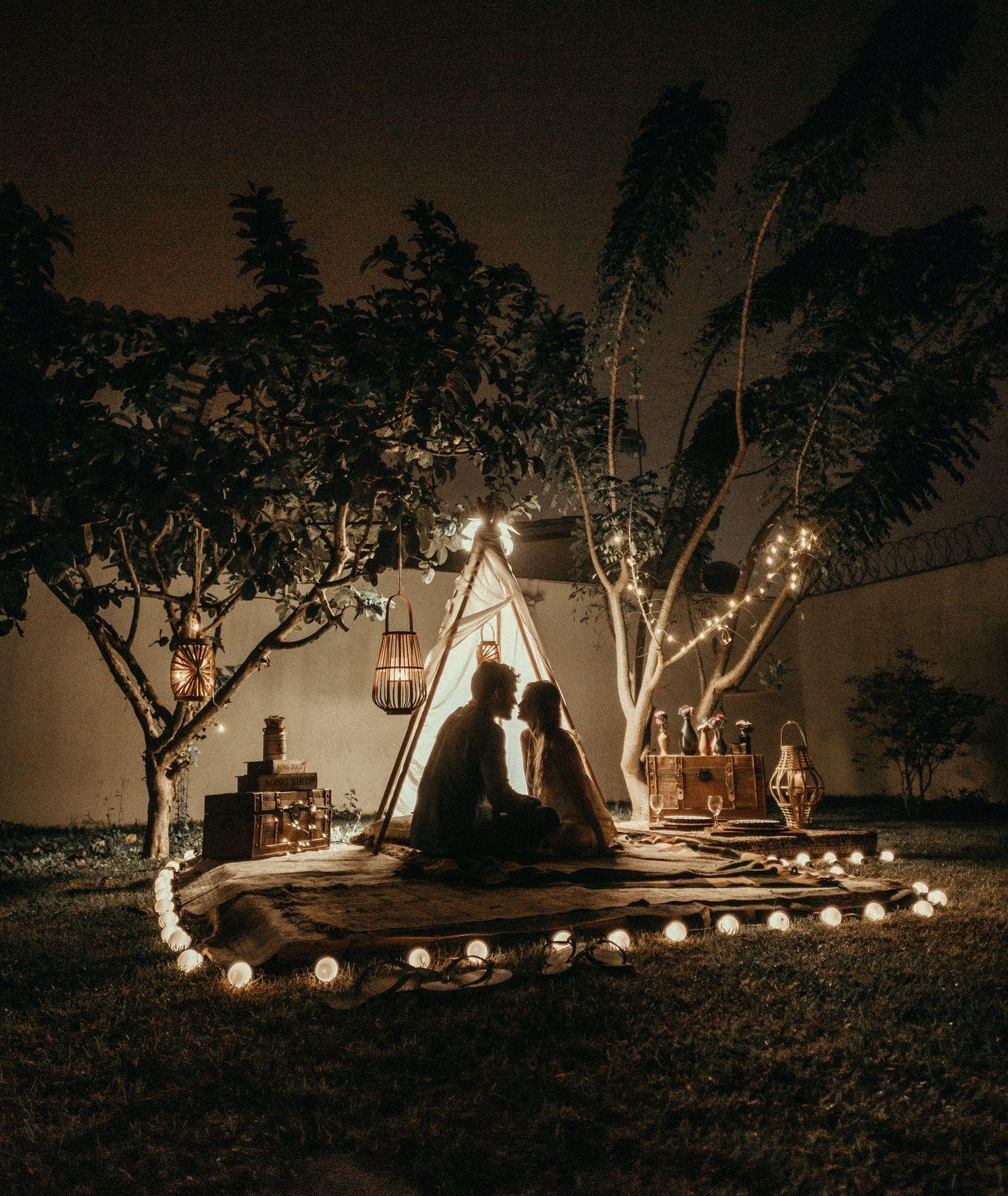Romantyczna kolacja w ogrodzie pod namiotem (fot. Jonathan Borba / unsplash.com)