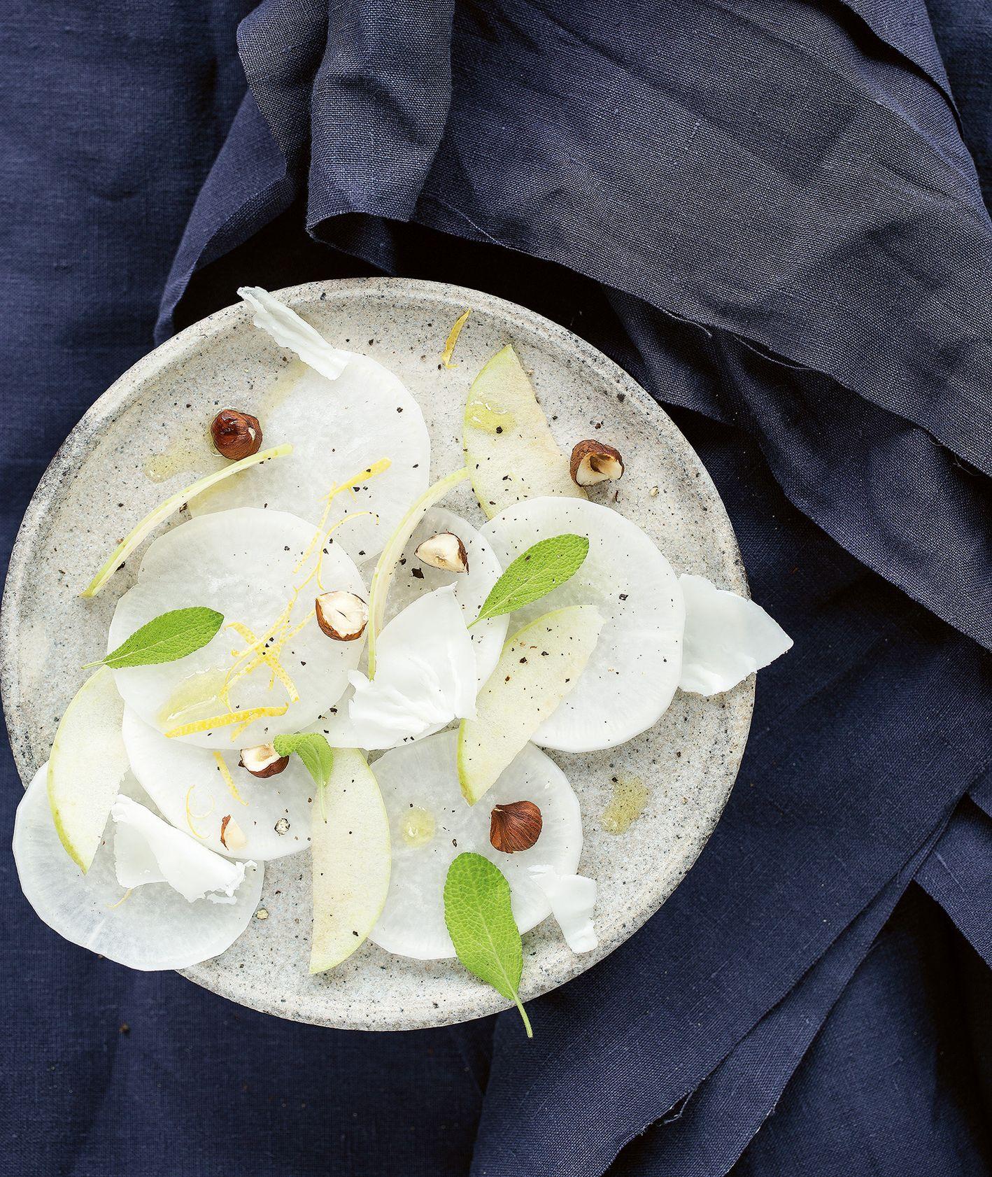 Sałatka z jabłek, białej rzepy, orzechów laskowych i szałwii (fot. dinnershow.studio)