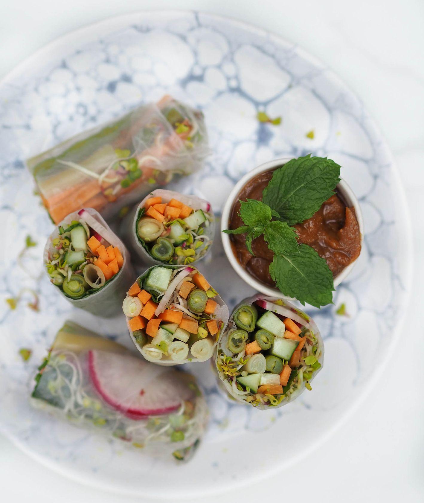 Spring rollsy z fasolką szparagową, marchewką, ogórkiem i rzodkiewką z sosem migdałowym (fot. Aleksandra Jagłowska)