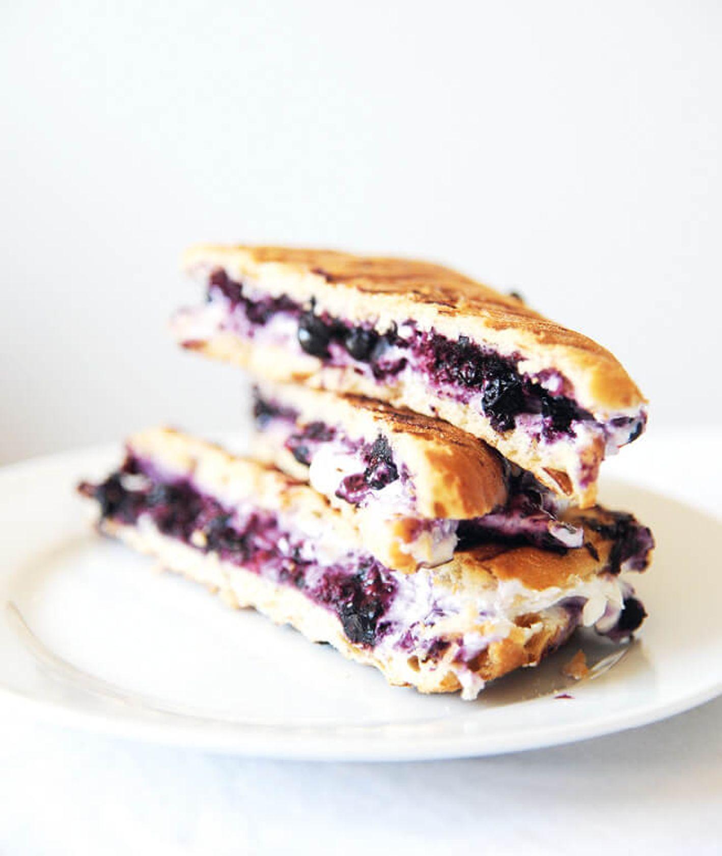 crostini z halloumi i jagodami, tosty z halloumi, grillowane halloumi, ser halloumi, tosty na słodko, śniadanie na słodko, przepis Tosia Kolo, burczymiwbrzuchu