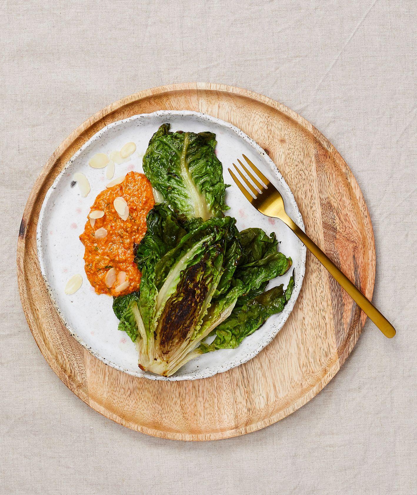Przepis na grillowaną sałatę z sosem romesco. Jak zrobić sos romesco (fot. Maciek Niemojewski)