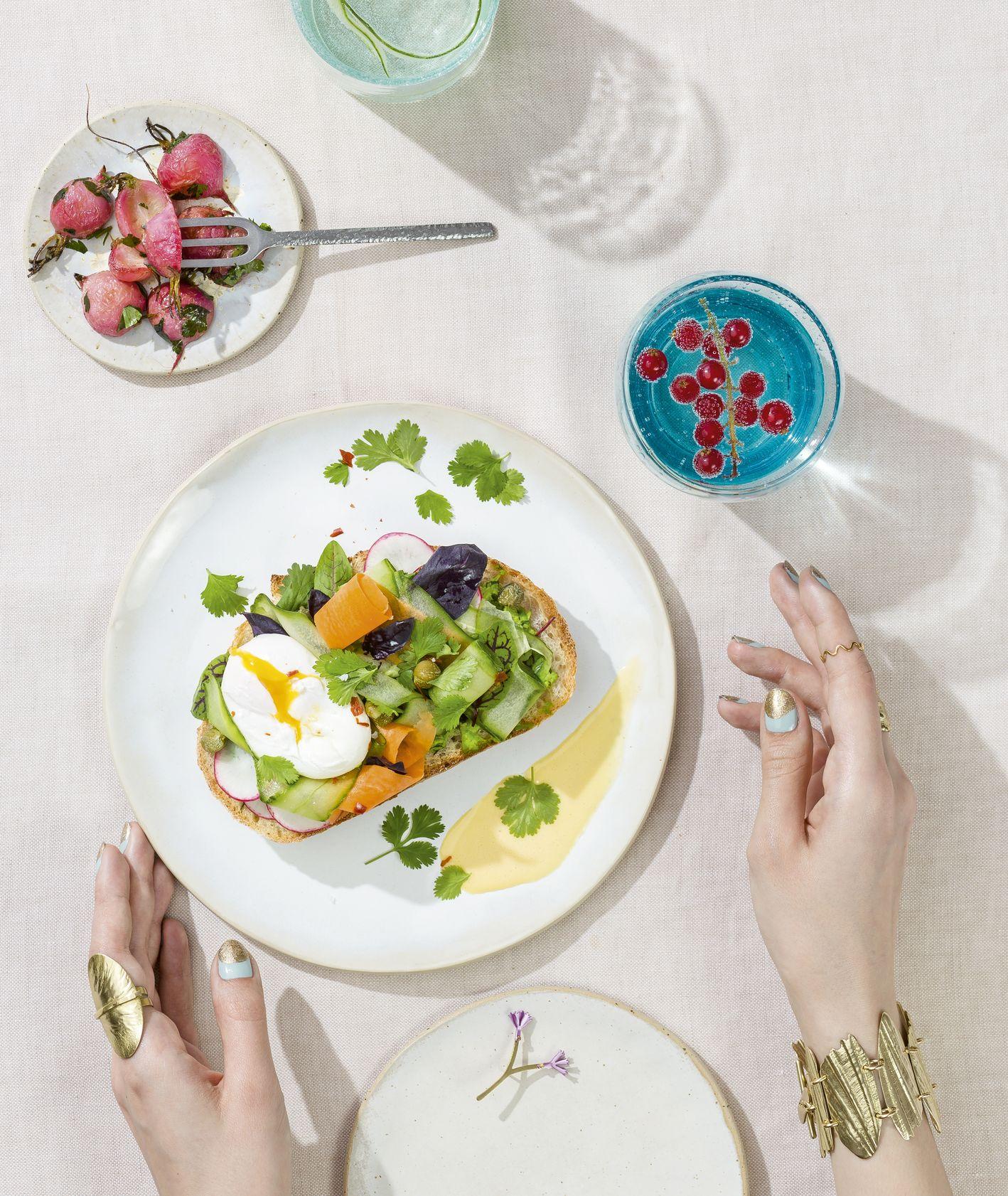 Kanapka z pastą z groszku, jajkiem i pieczonymi rzodkiewkami – przepis