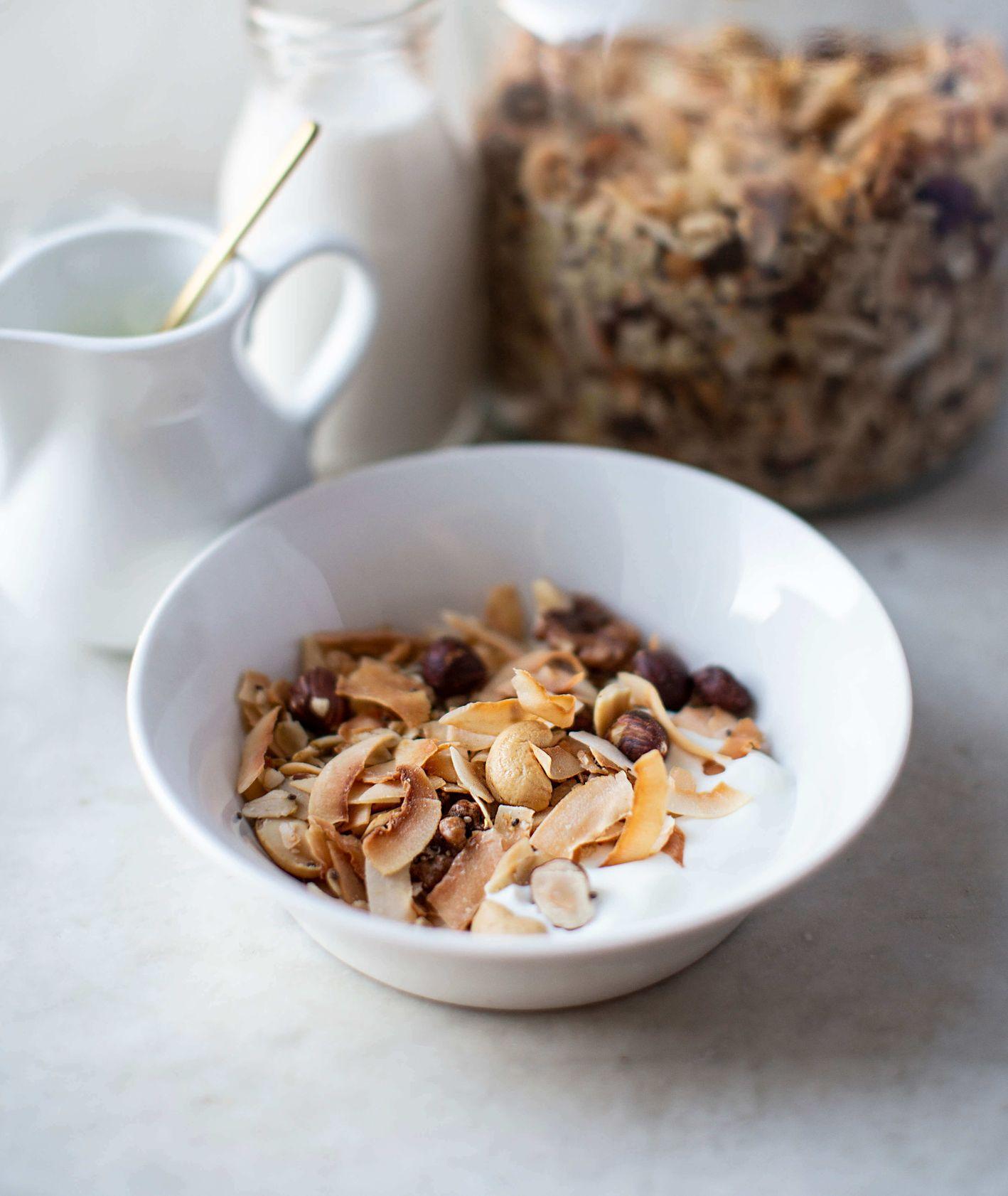 Przepis na kokosowo-orzechową granolę na słodkie śniadanie
