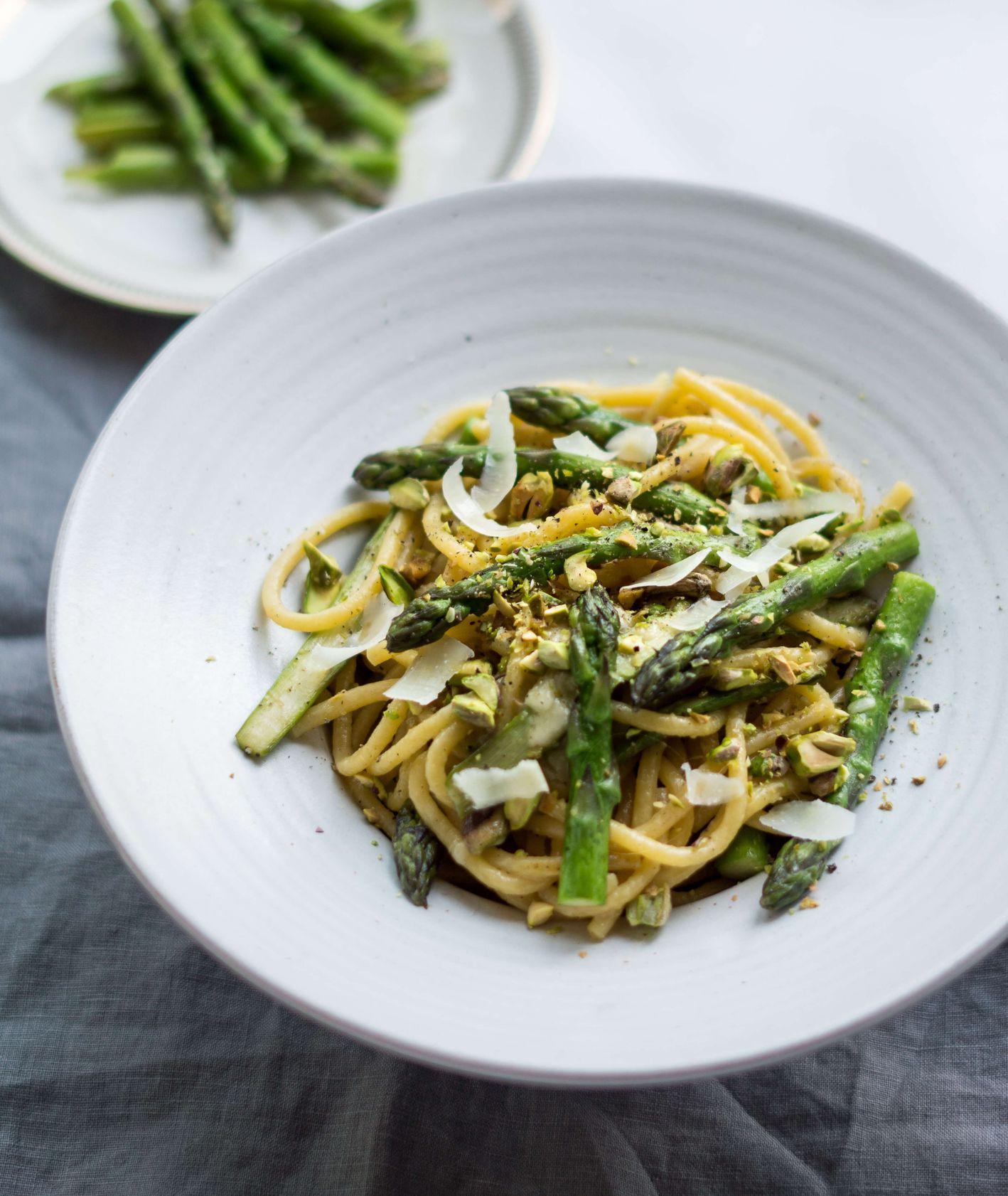 makaron ze szparagami, parmezanem i pistacjami, obiad ze szparagami dla dzieci (fot. Zuza Rożek)