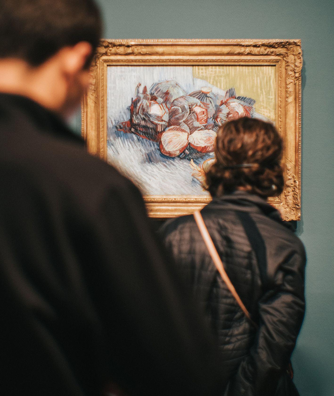 Walentynki w muzeum. Para w muzeum (fot. Jean Carlo Emer / unsplash.com)