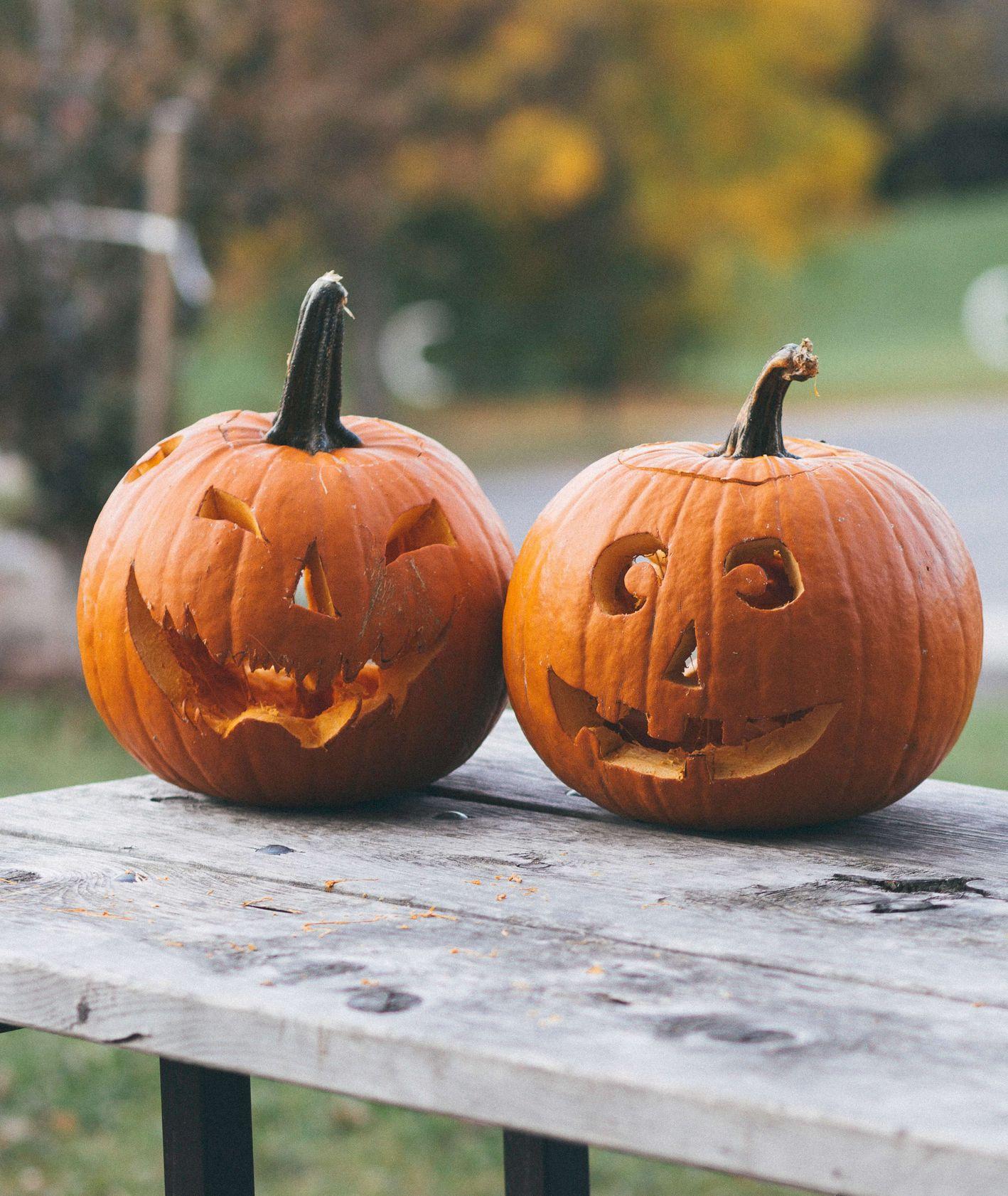 Wydrążone lampiony z dyni na Halloween (fot. Bekir Donmez / unsplash.com)