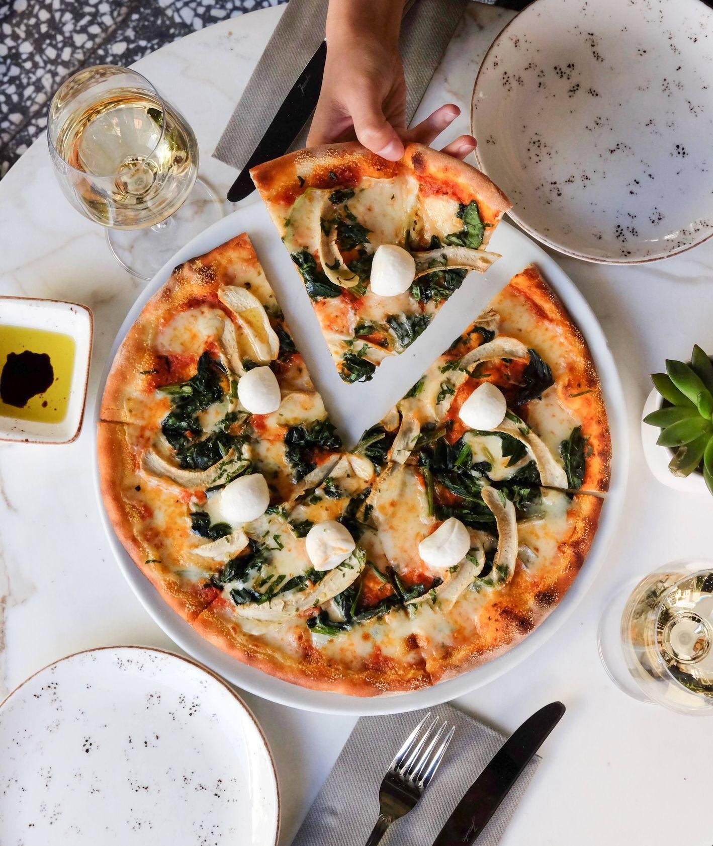 Gdzie zjeść najlepszą pizzę w Katowicach? (fot. Pinar Kucuk / unsplash.com)