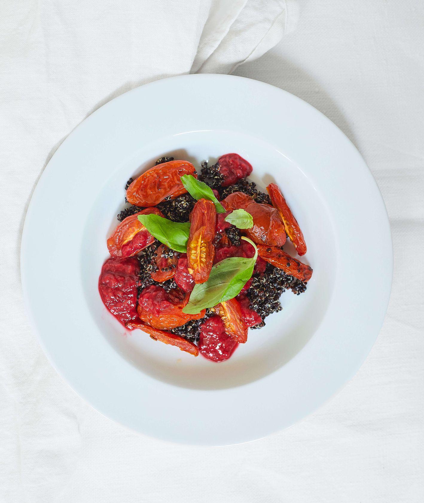 Sałatka z czarną komosą, pomidorami, malinami i bazylią (fot. Maciek Niemojewski)