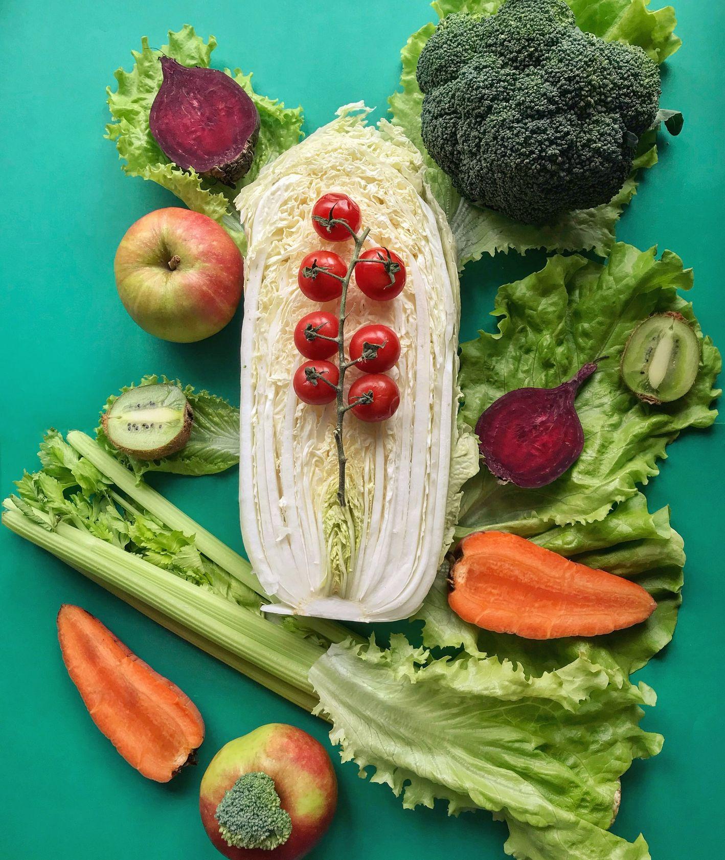 Warzywa, sałata, marchew, buraki, brokuły kiwi, jabłko, pomidory, seler naciowy (fot. Diana Oborska / unsplash.com)