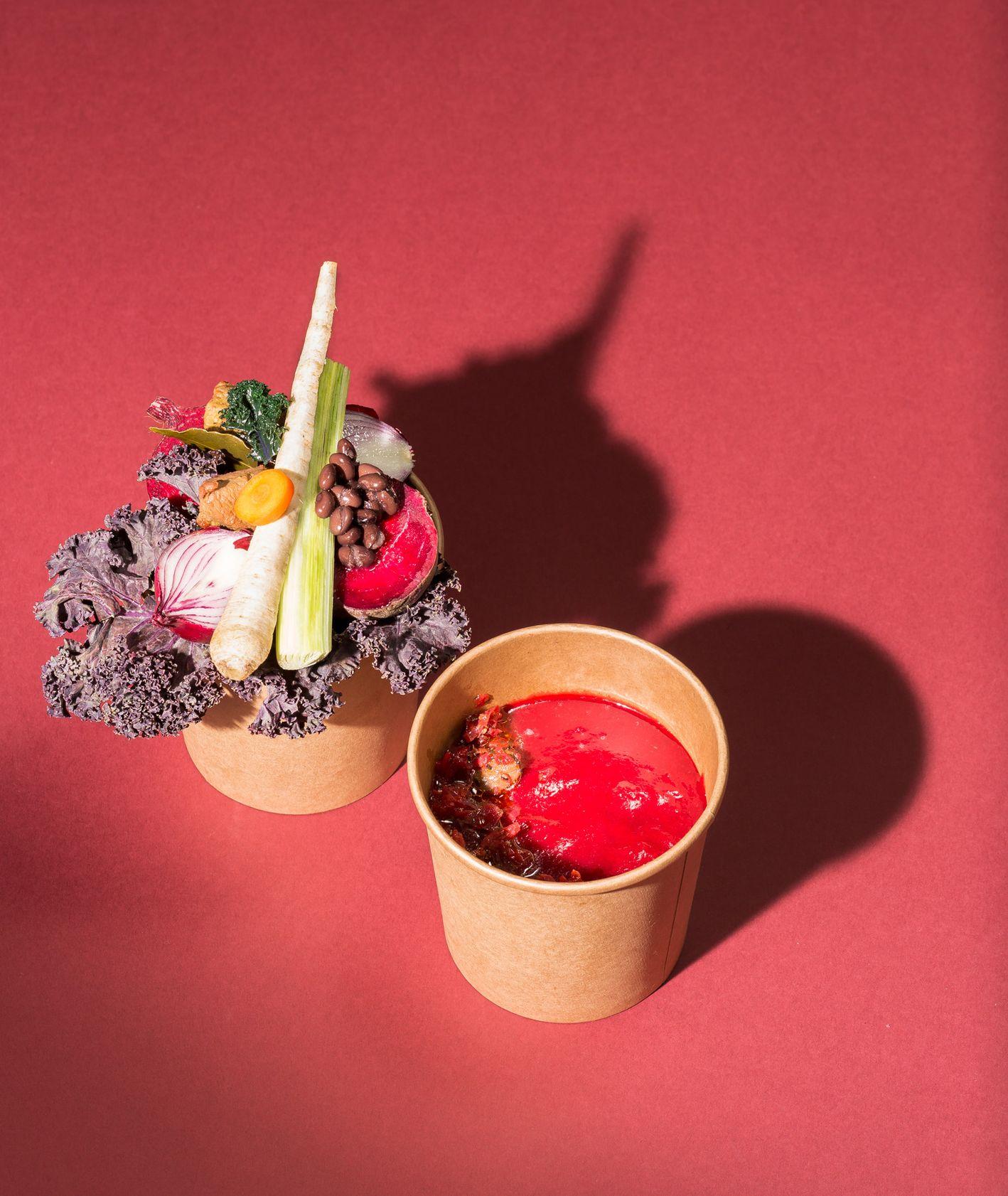 Zupa krem z buraków z kaczką (fot. dinnershow.studio)