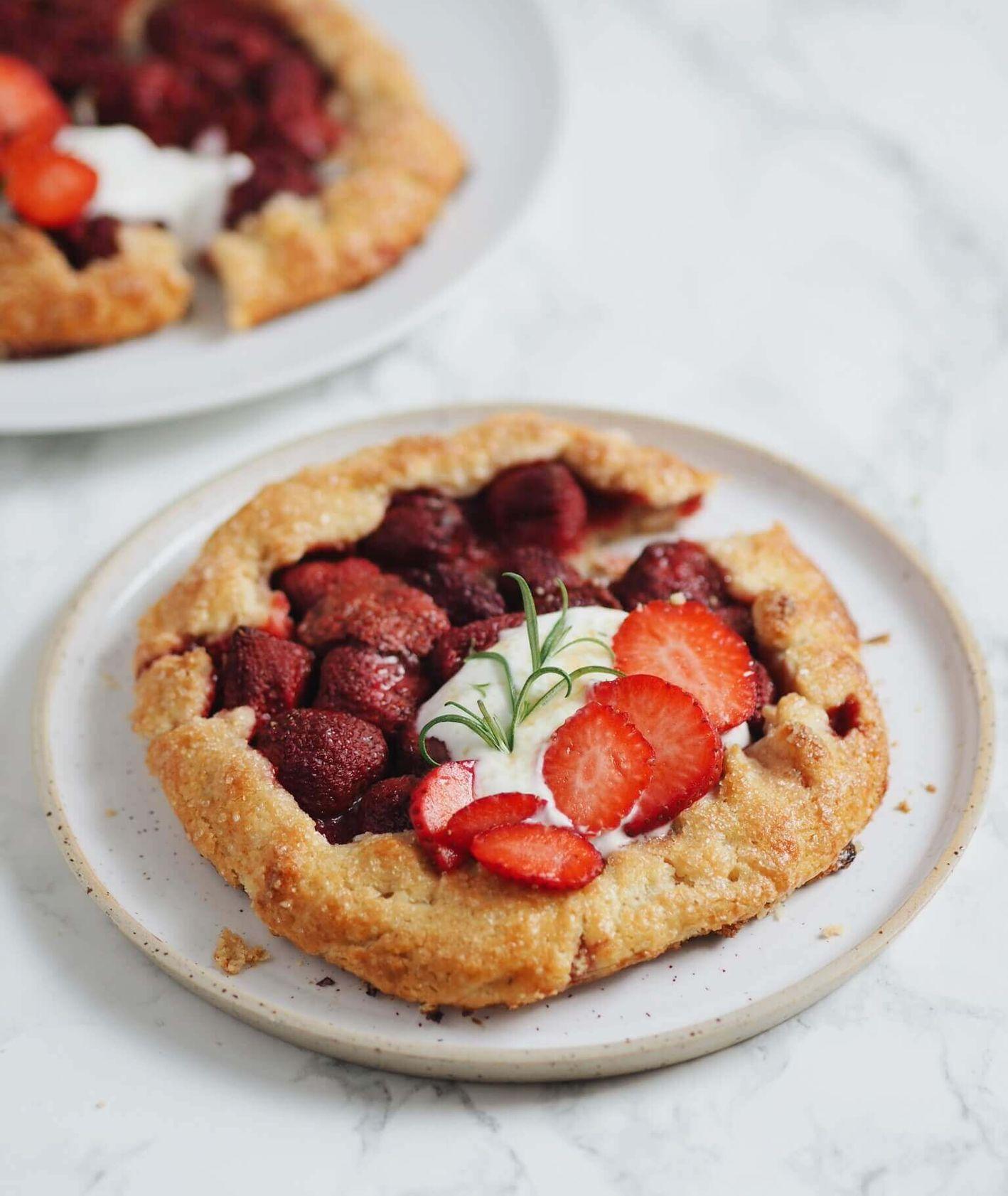 tarta migdałowa, tarta galette z truskawkami, przepis Jagłowska, ciasto z truskawkami, rozmaryn, proste ciasto, kruche ciasto
