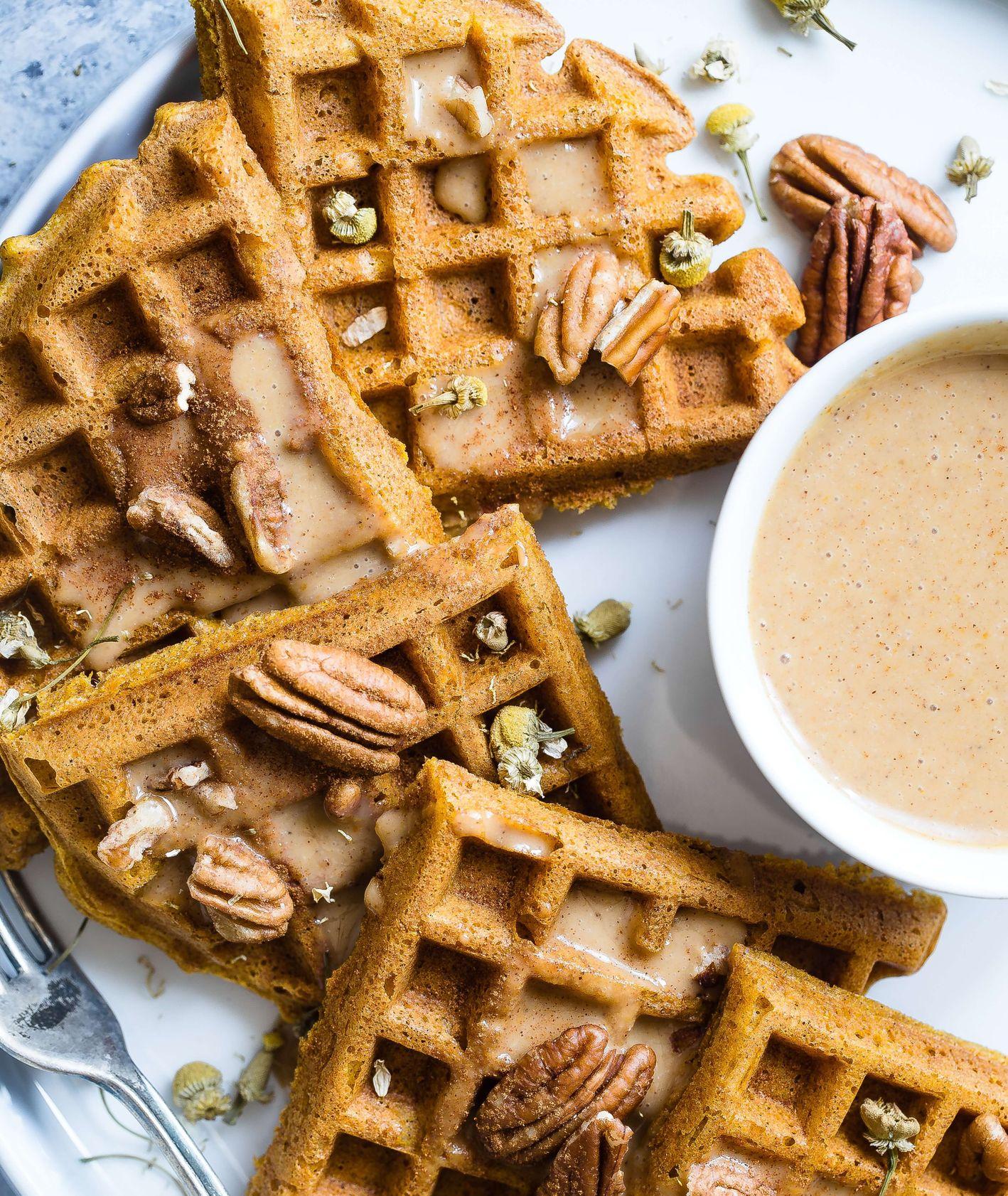 Jedzenie na poprawę nastroju – gofry z karmelem, orzechami i przyprawami (fot. Taylor Kiser / unsplash.com)