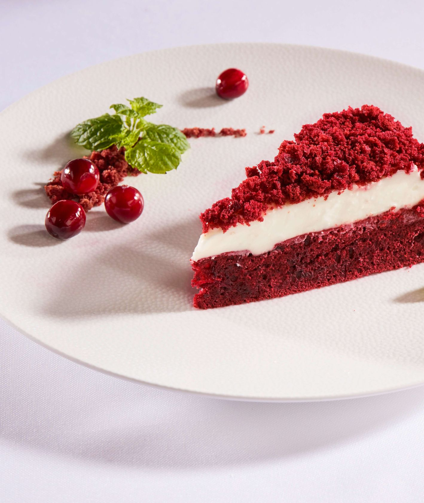 Ciasto Red Velvet z wiśniami i wiśniówką, deser, czerwone ciasto, makro