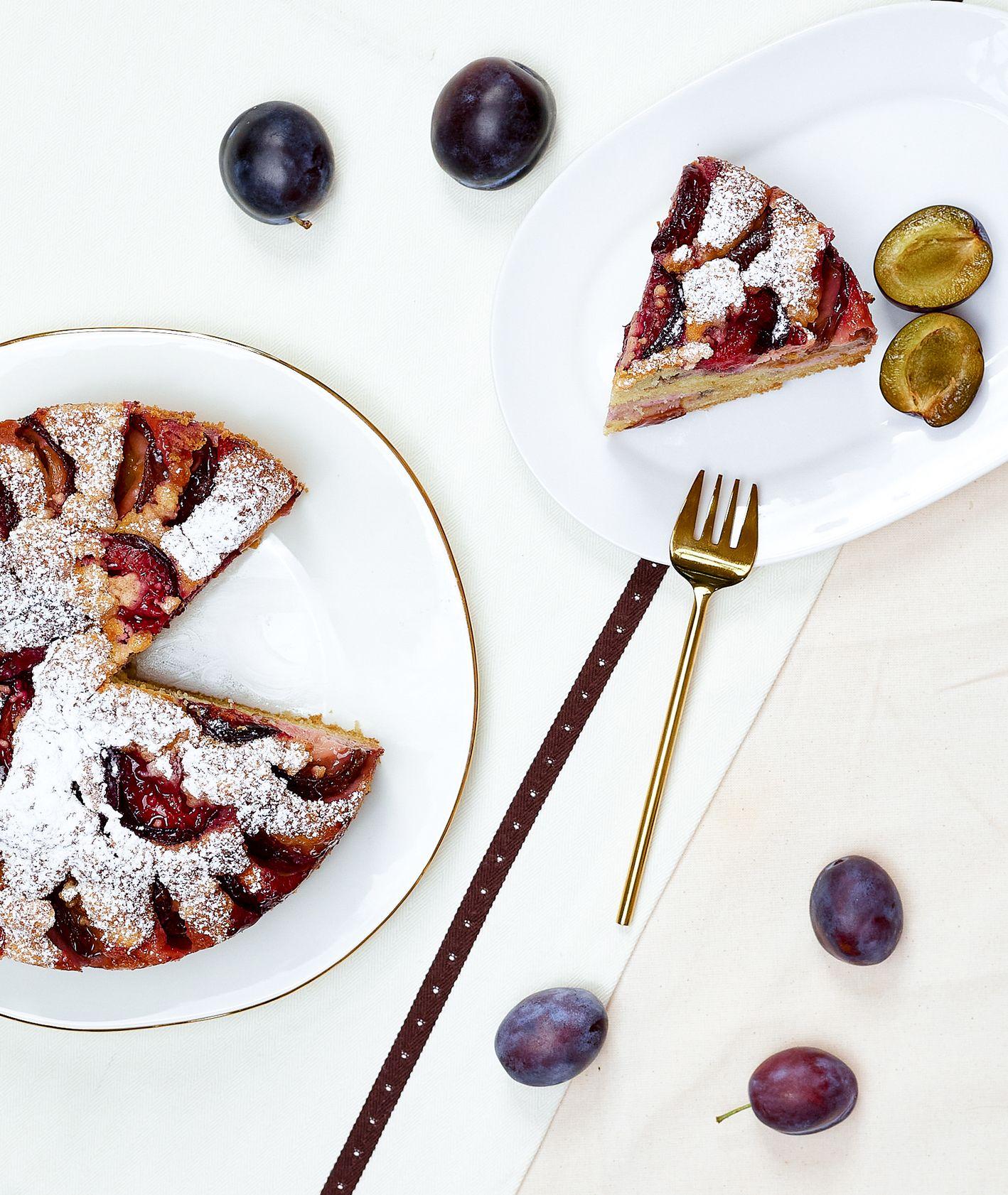 Klasyczne ucierane ciasto ze śliwkami z cukrem pudrem (fot. Maciej Niemojewski)