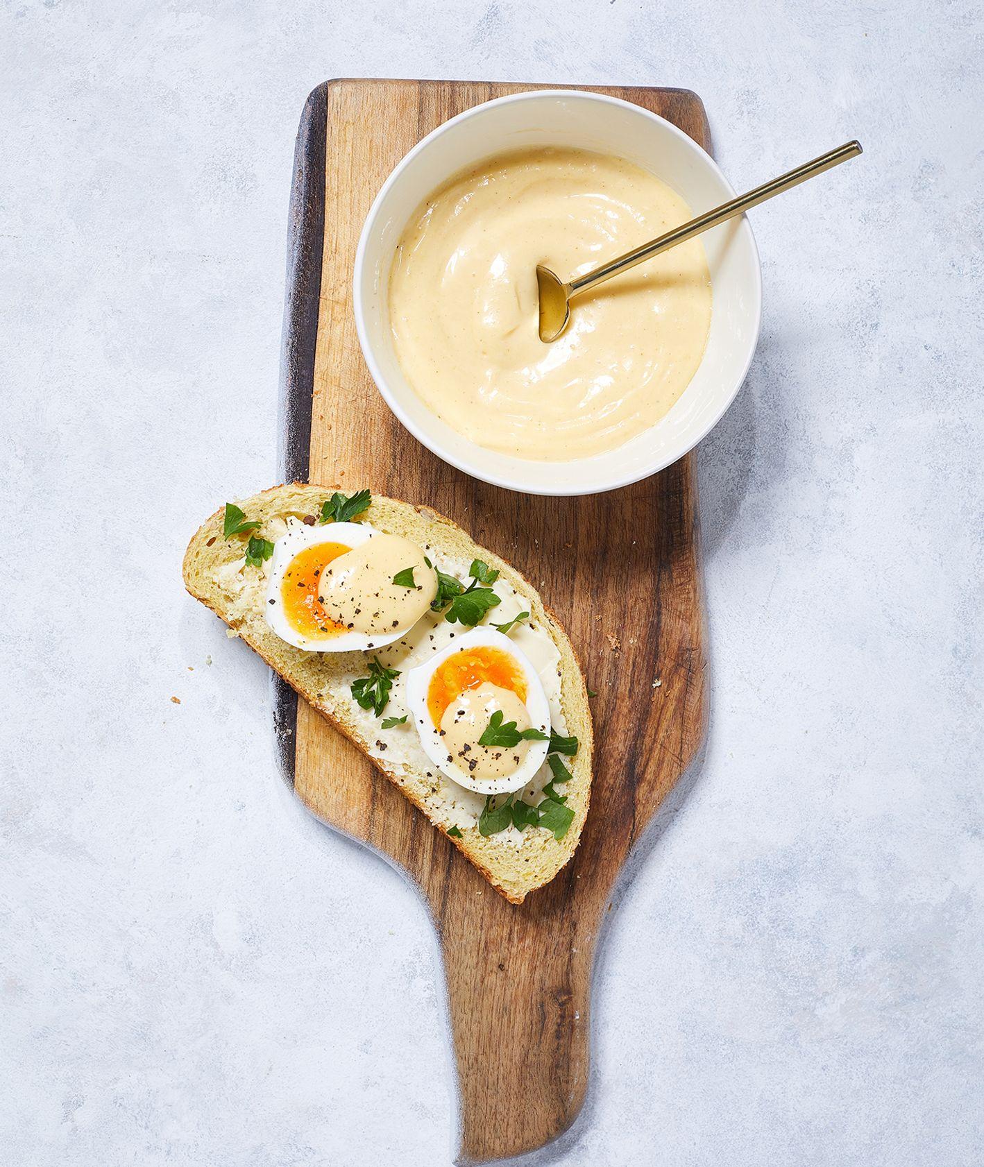 Miska z domowym majonezem i kanapka z majonezem, jajkiem na półtwardo i pietruszką (fot. Maciek Niemojewski)