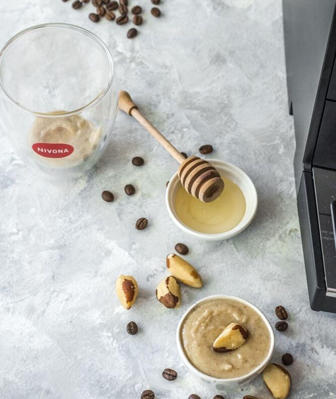 Ekspres do kawy marki Nivona podczas parzenia jesiennej kawy, kawa, mleko, miód i orzechy brazylijskie (fot.materiały prasowe)