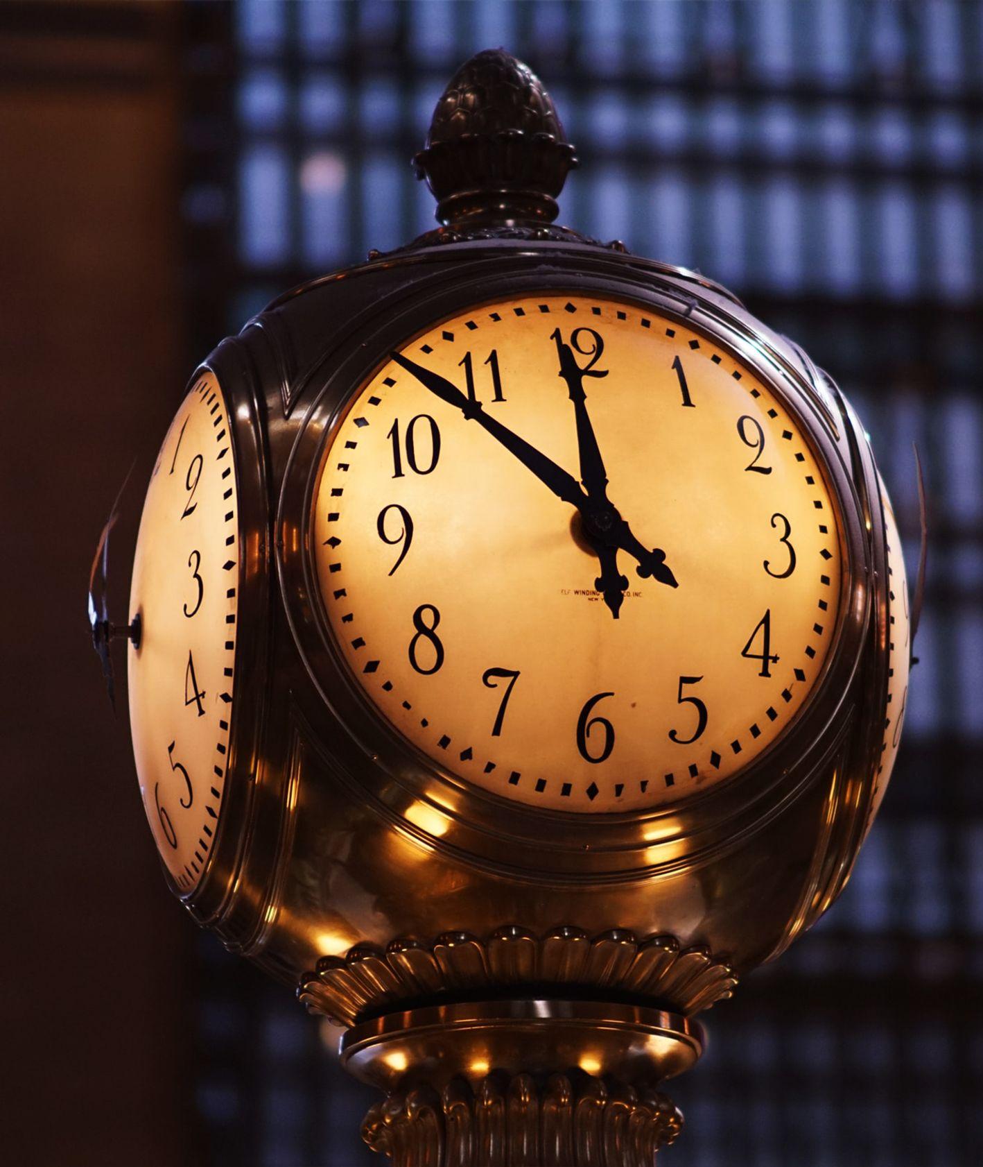 Stary zegar na stacji kolejowej (fot. Bryce Baker / unsplash.com)