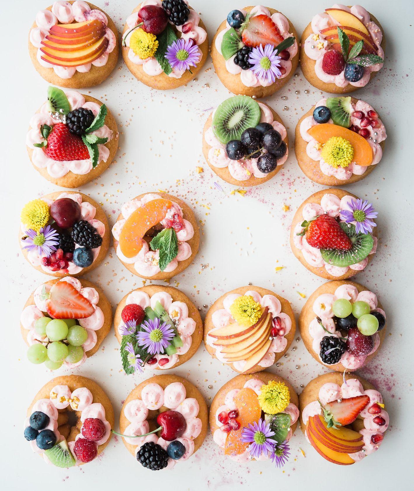Placki z owocami i kremem (fot. Brooke Lark / unsplash.com)