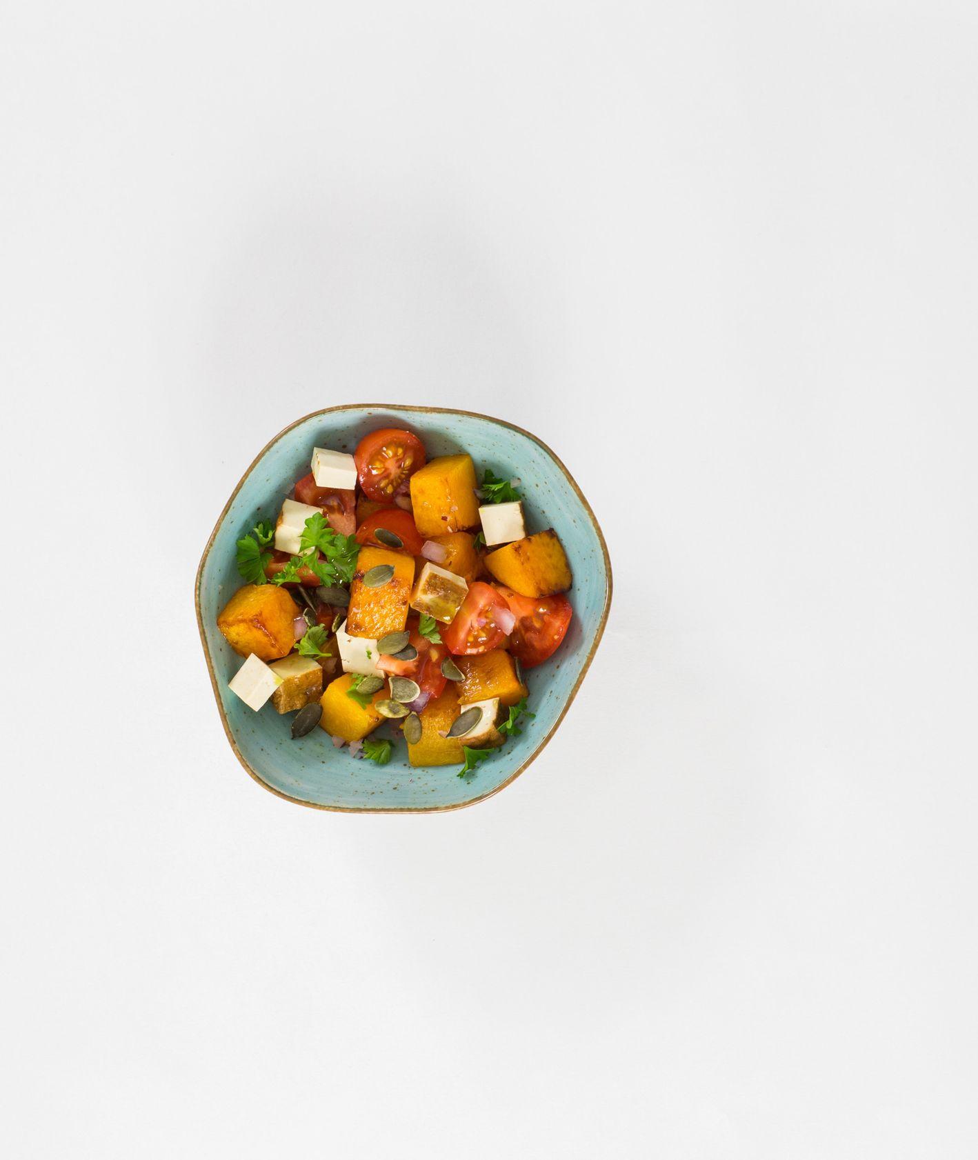 Przepis na pieczoną dynię z tofu i pomidorami, pomysł na ciekawą sałatkę (fot. Maciej Szczęśniak)