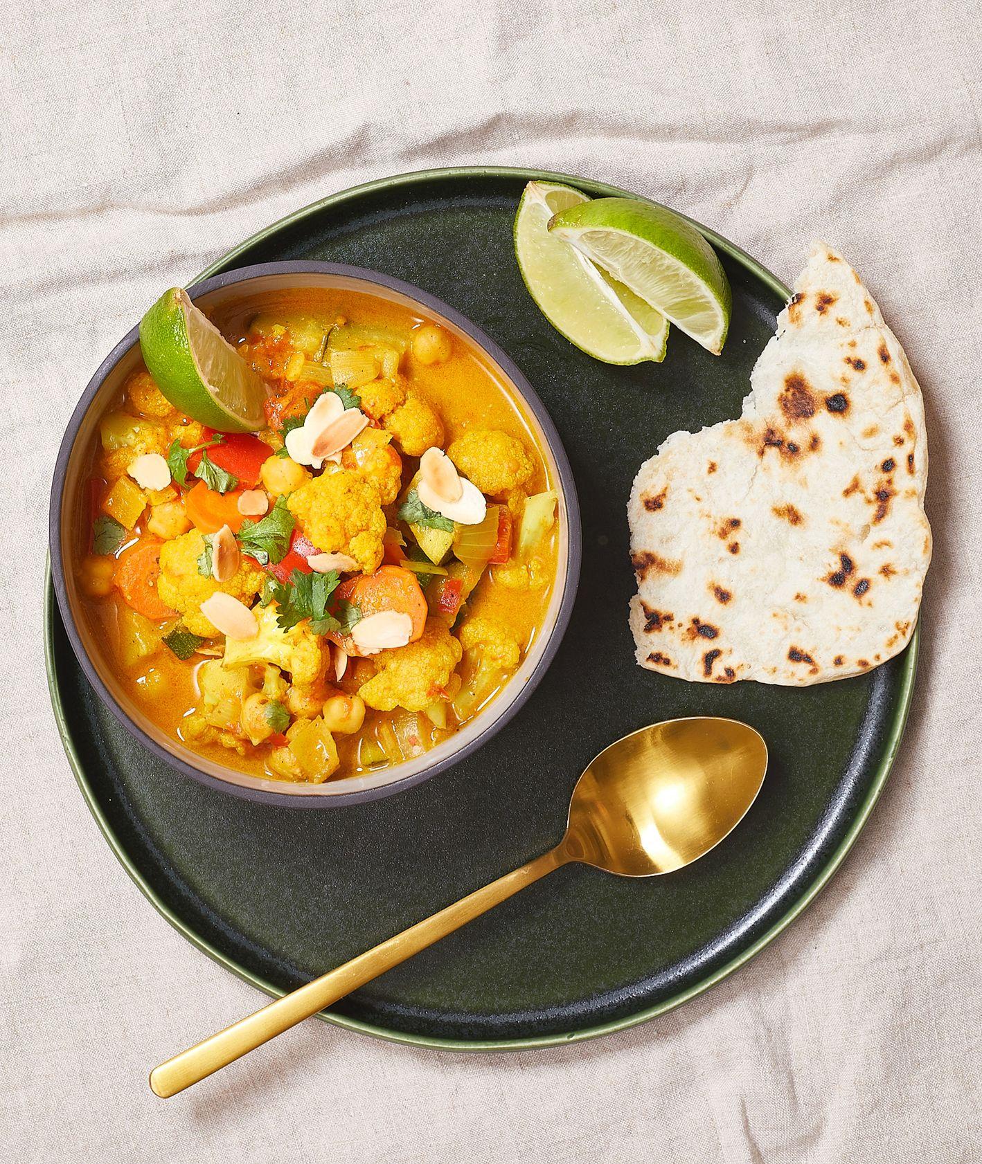 Curry z warzywami z plackami smażonymi na patelni (fot. Maciek Niemojewski)
