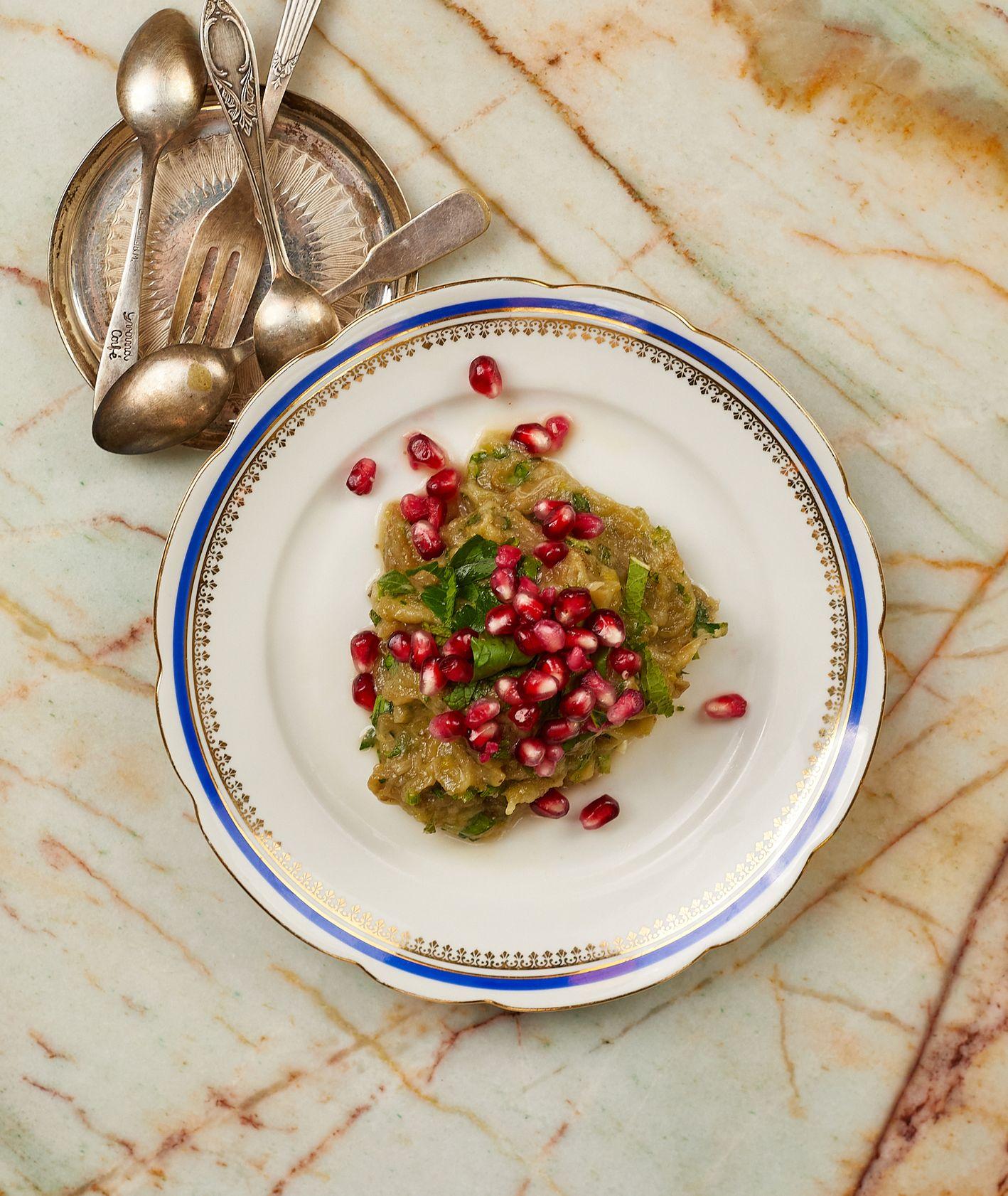 Przepis – bakłażan z czosnkiem, cytryną i granatem, jak przyrządzić bakłażana, kuchnia izraelska (fot. Maciej Niemojewski)