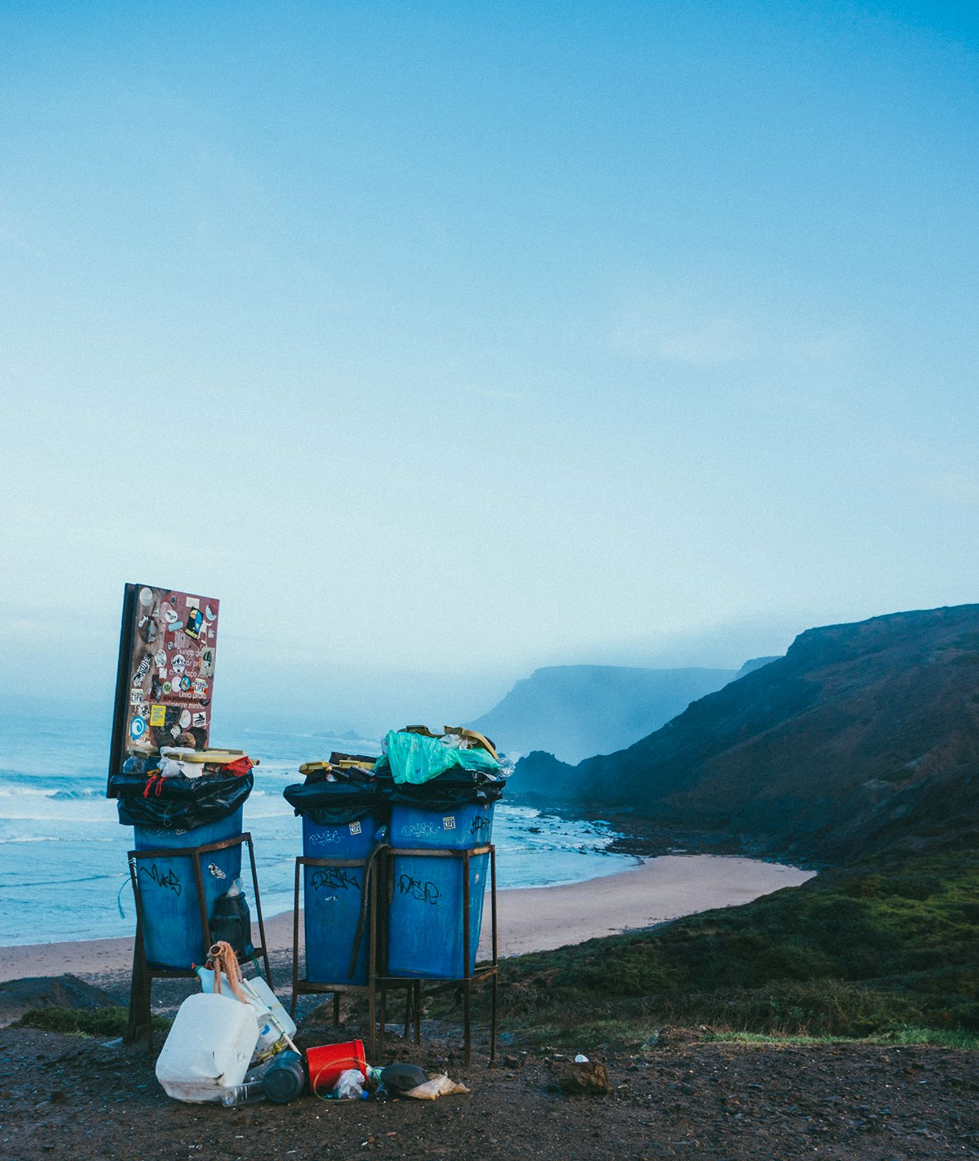 Kosze ze śmieciami przy plaży (fot. Tobias Tullius / unsplash.com)