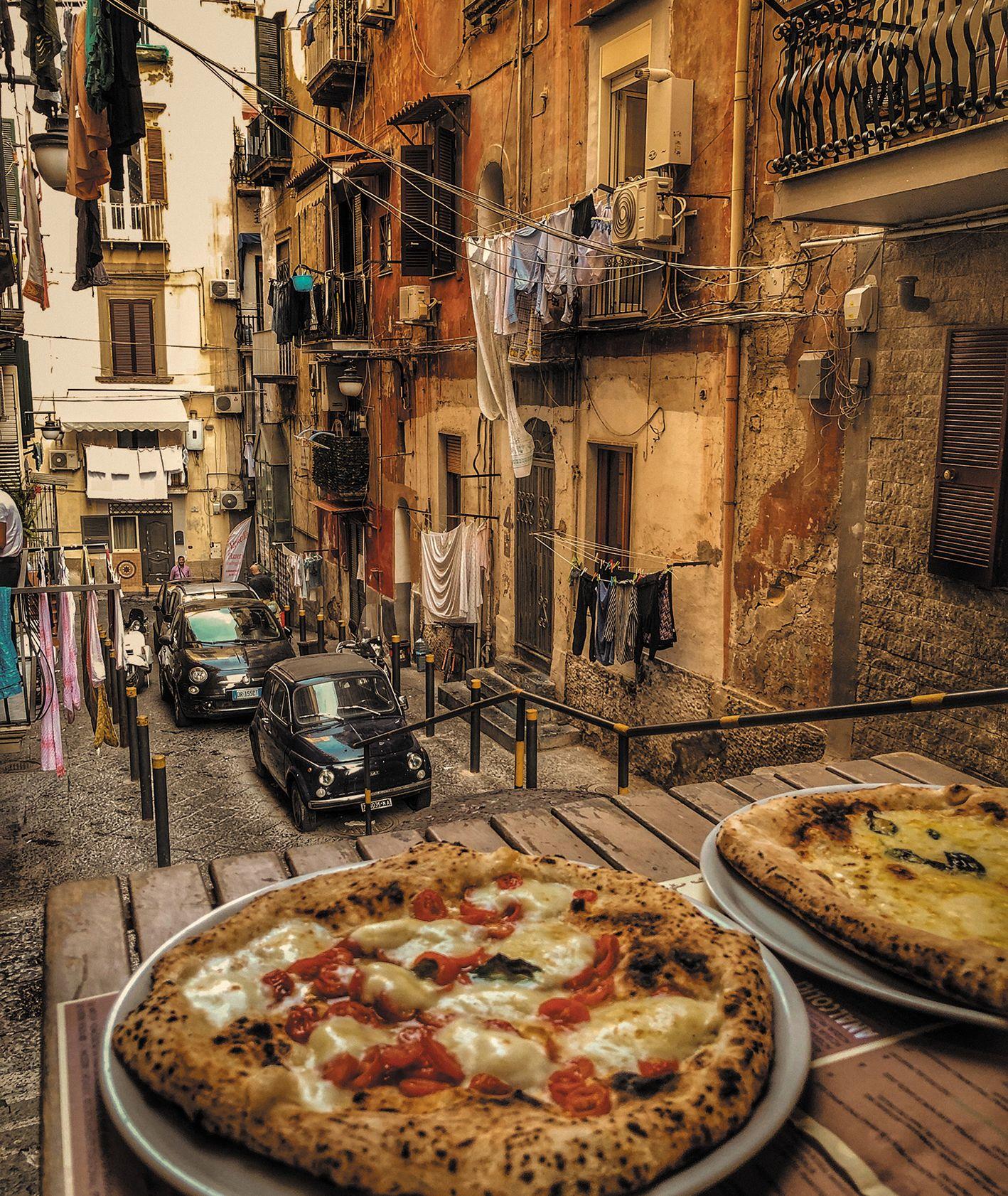 Pizza włoska na cienkim cieście w trattori neapolitańskiej (fot. Olga Go)