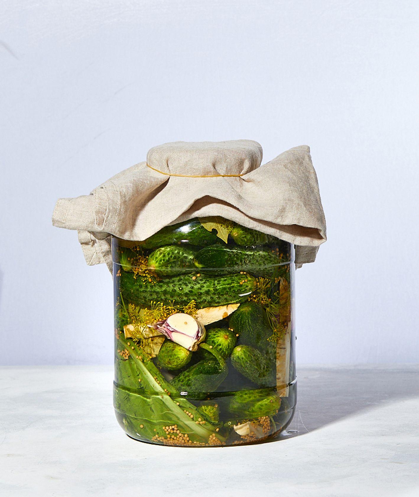 Słoik ogórków małosolnych, z zalewą z czosnku, kopru i chrzanu