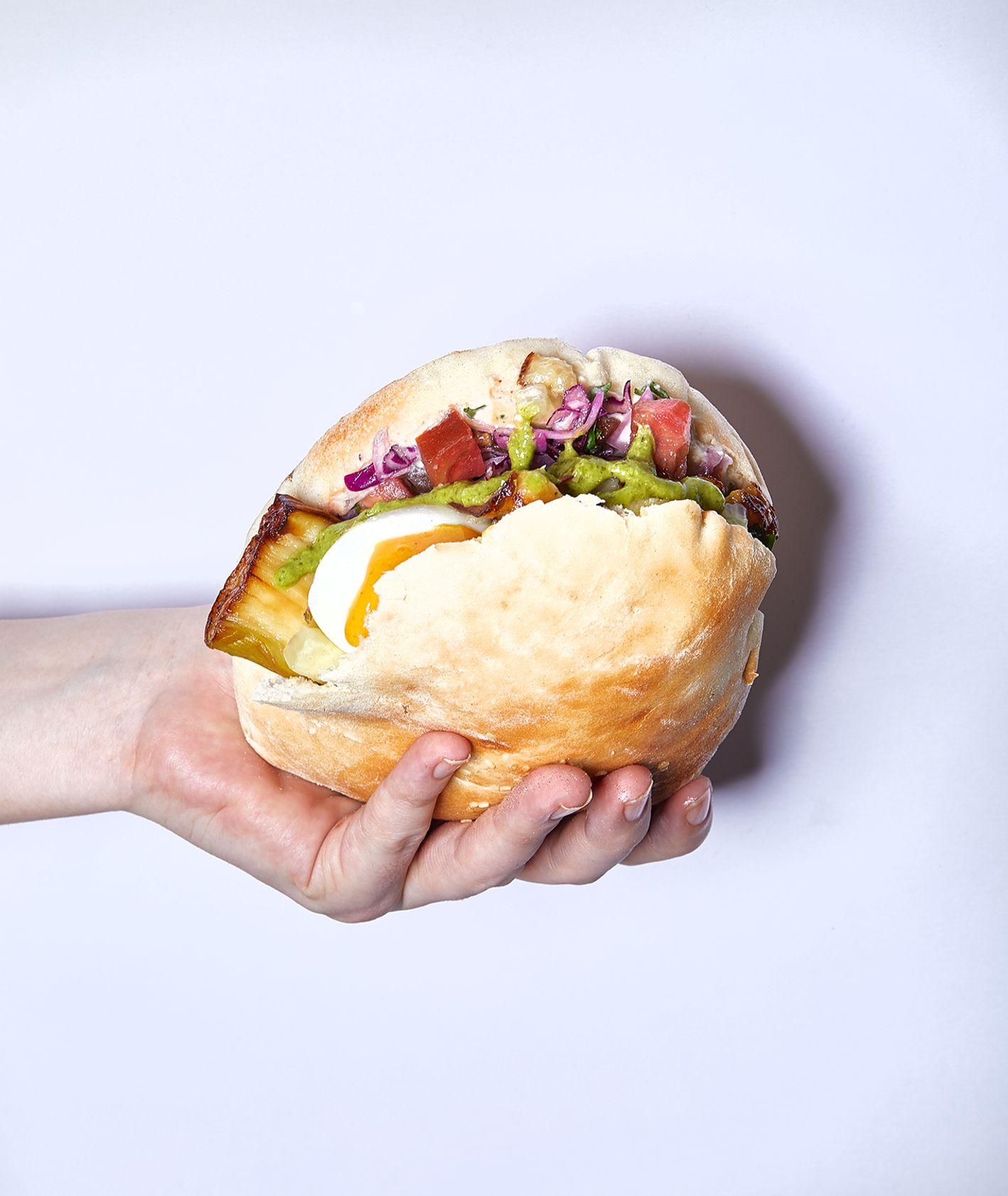 Bliskowschodnia kanapka z jajkiem, smażonym bakłażanem, piklami i salsa zhoug - SABICH (fot. Maciek Niemojewski)