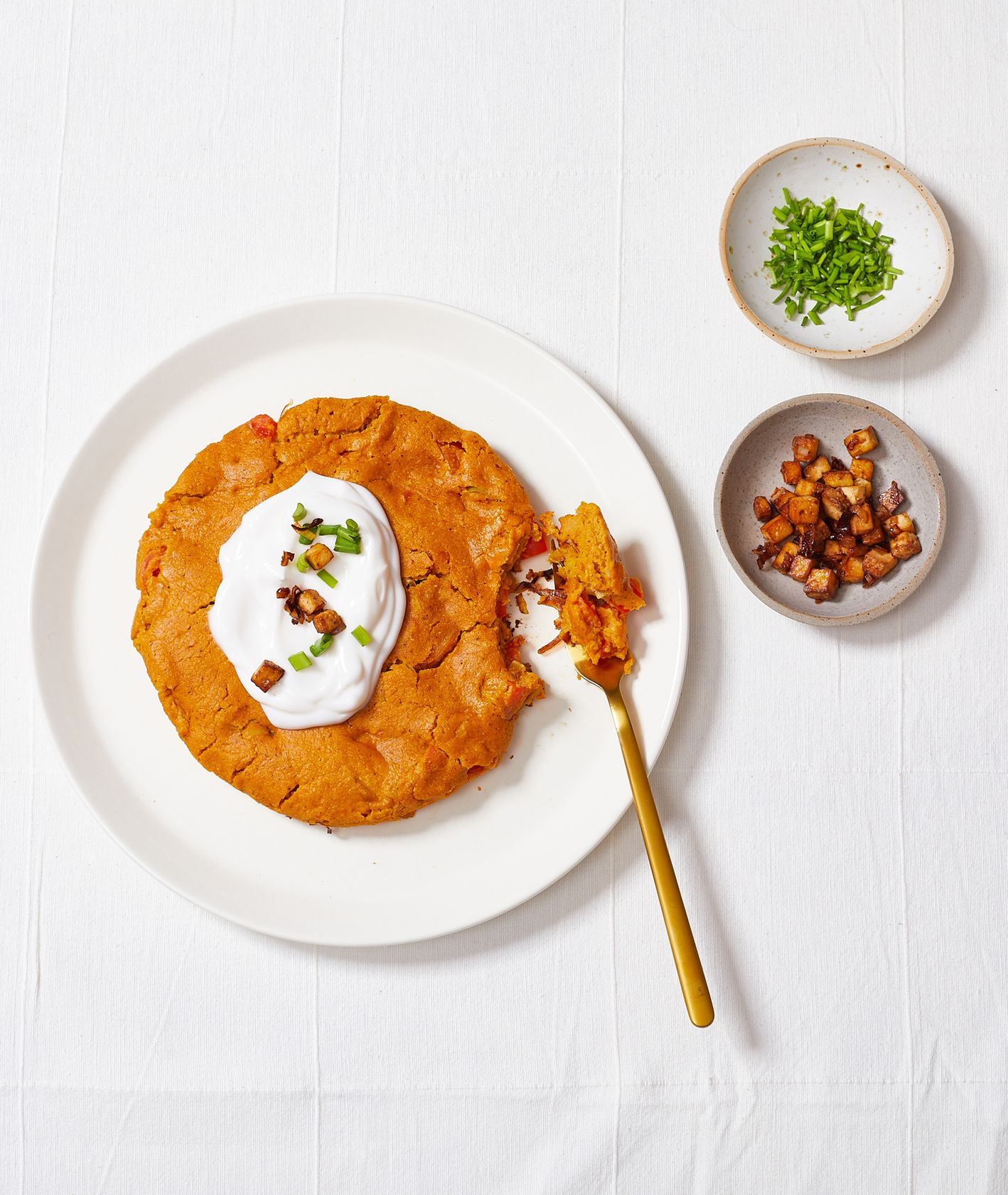 Jak zrobić wegański omet. Przepis na wegański omlet z porem,  pomidorami i tofu (fot. Maciek Niemojewski)
