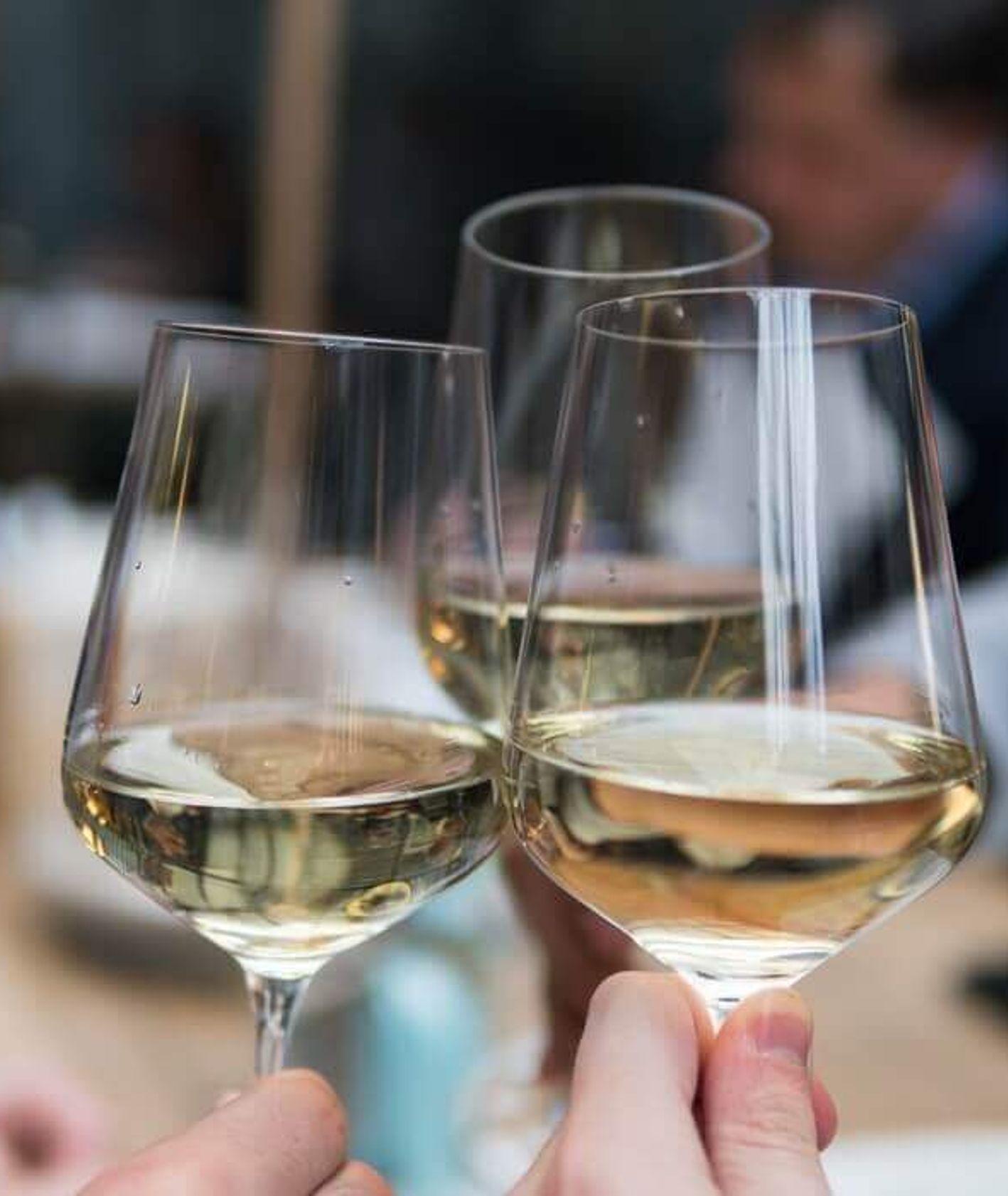 białe wino, jak wybrać wino, wino musujące, kukbuk radzi, jakie wino wybrać, prosecco, cava (fot. Matthieu Joannon / unsplash.com)