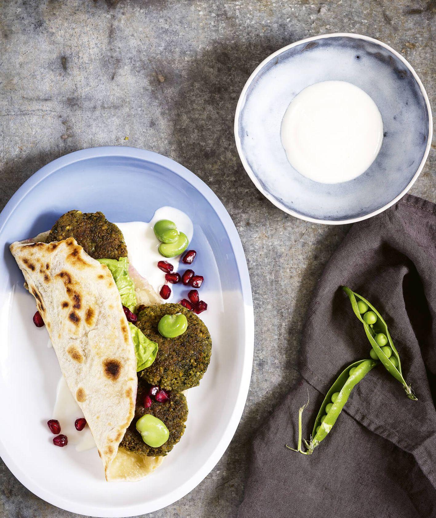 Falafele z bobu i ciecierzycy z domowympodpłomykiem, pestkami granatu i tahiną (fot. dinnershow.studio)
