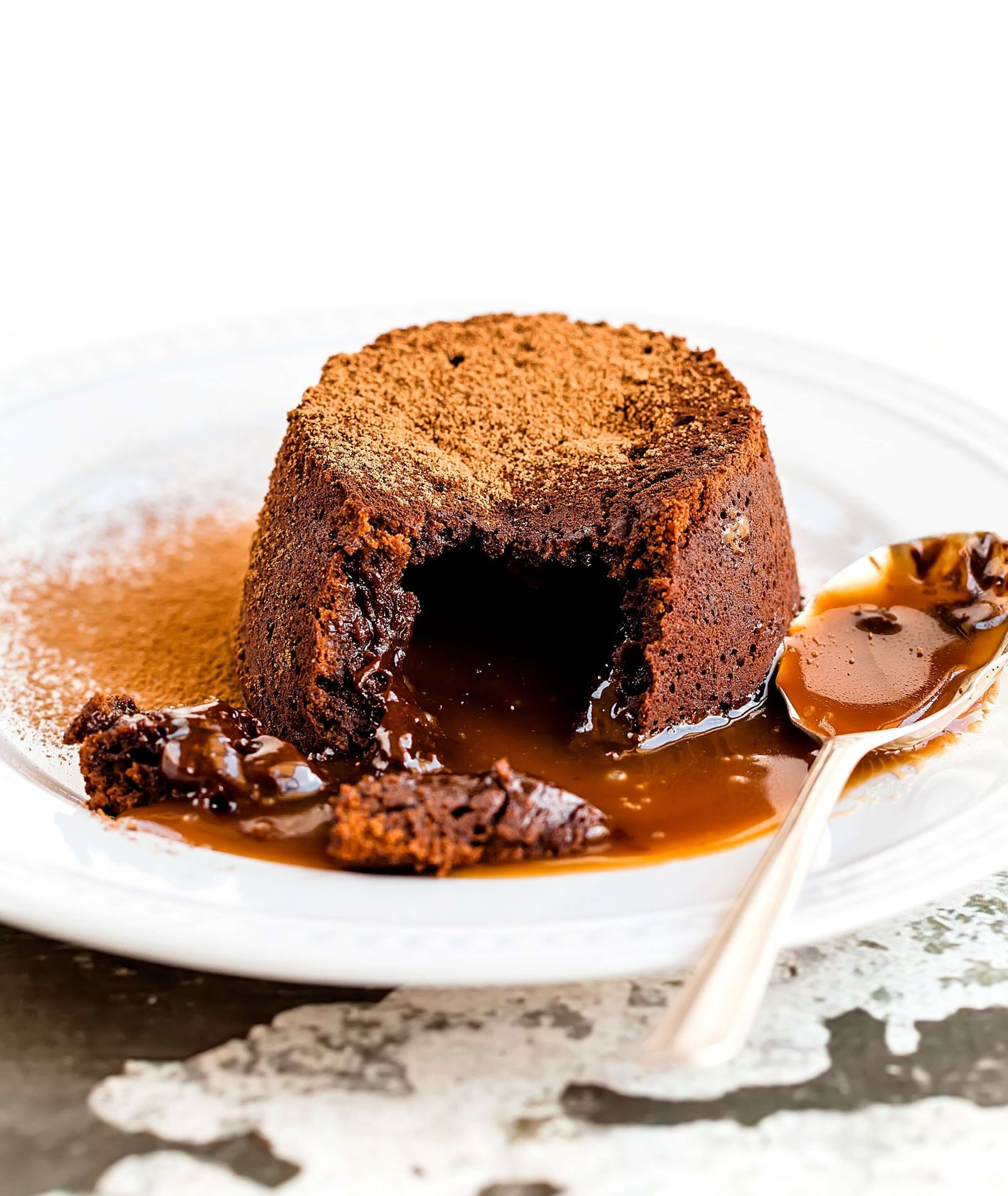 Delikatny fondant, z którego po rozkrojeniu wypływa gorąca jeszcze czekolada (fot. Jennifer Schmidt / unsplash.com)
