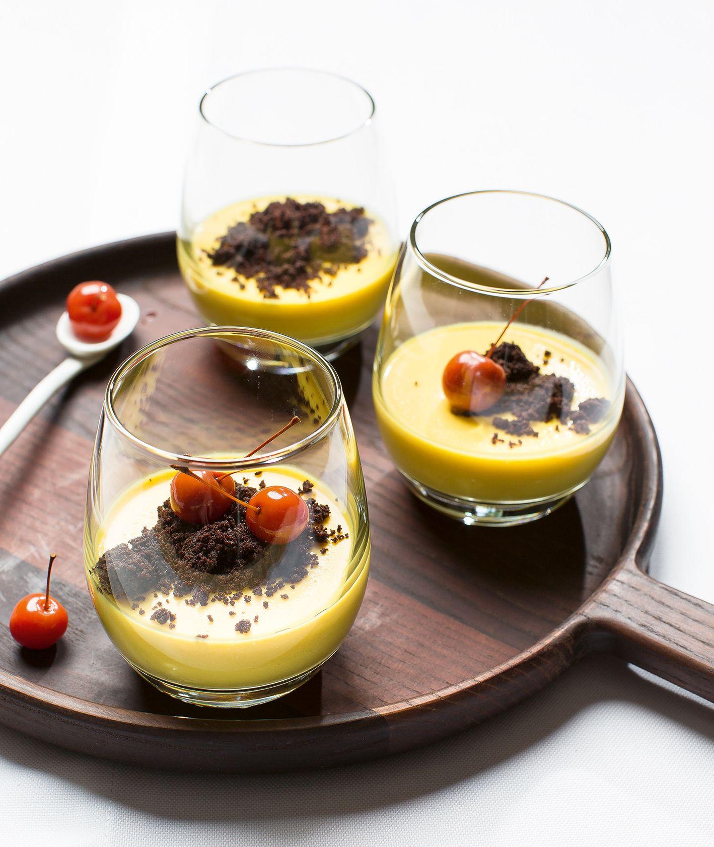 Przepis na panna cottę z dynią, wiśniami i gorzką czekoladą (fot. dinnershow.studio)