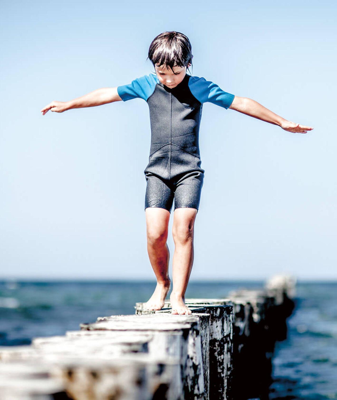 Mały chłopiec nad morzem