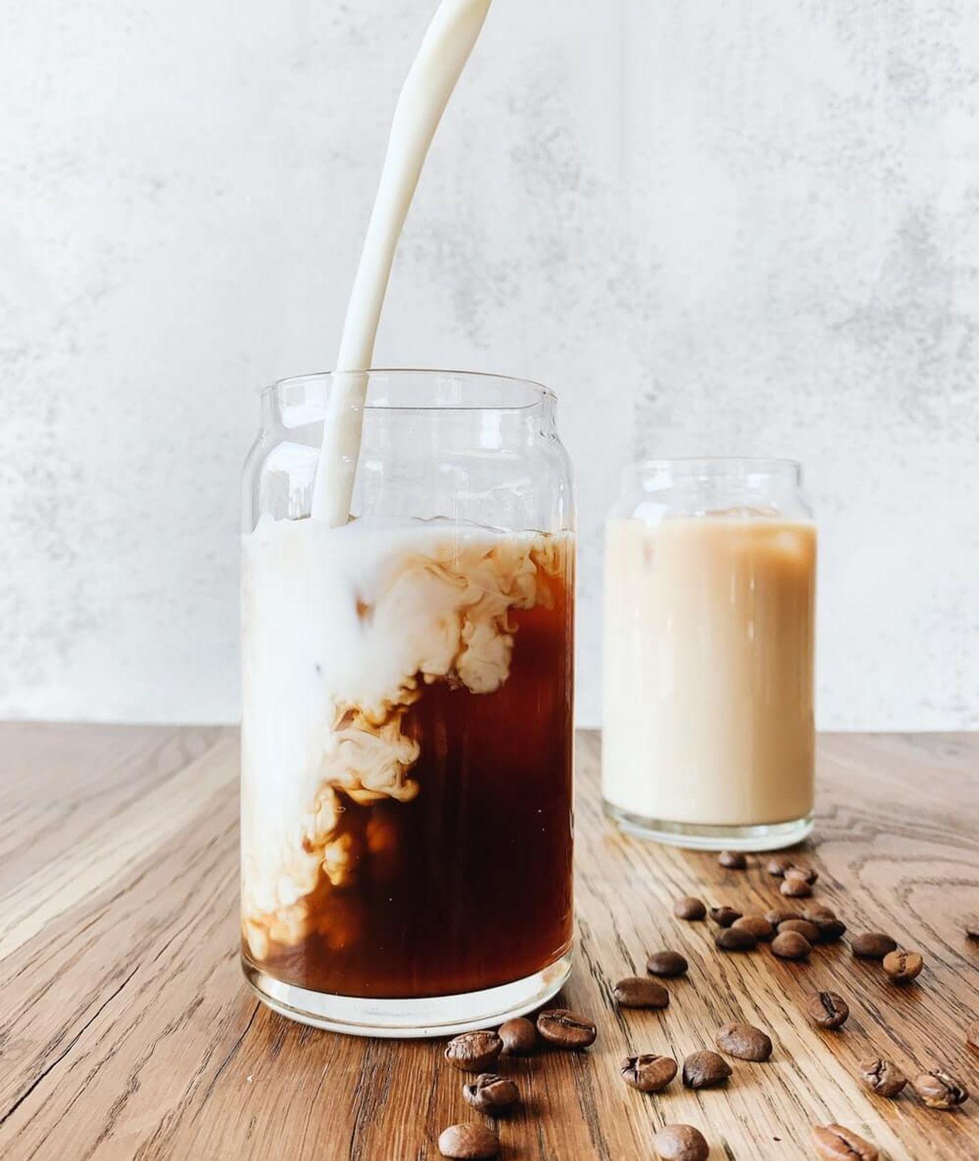 Mleko wlewane do kawy / Irene Kredenets / unsplash.com