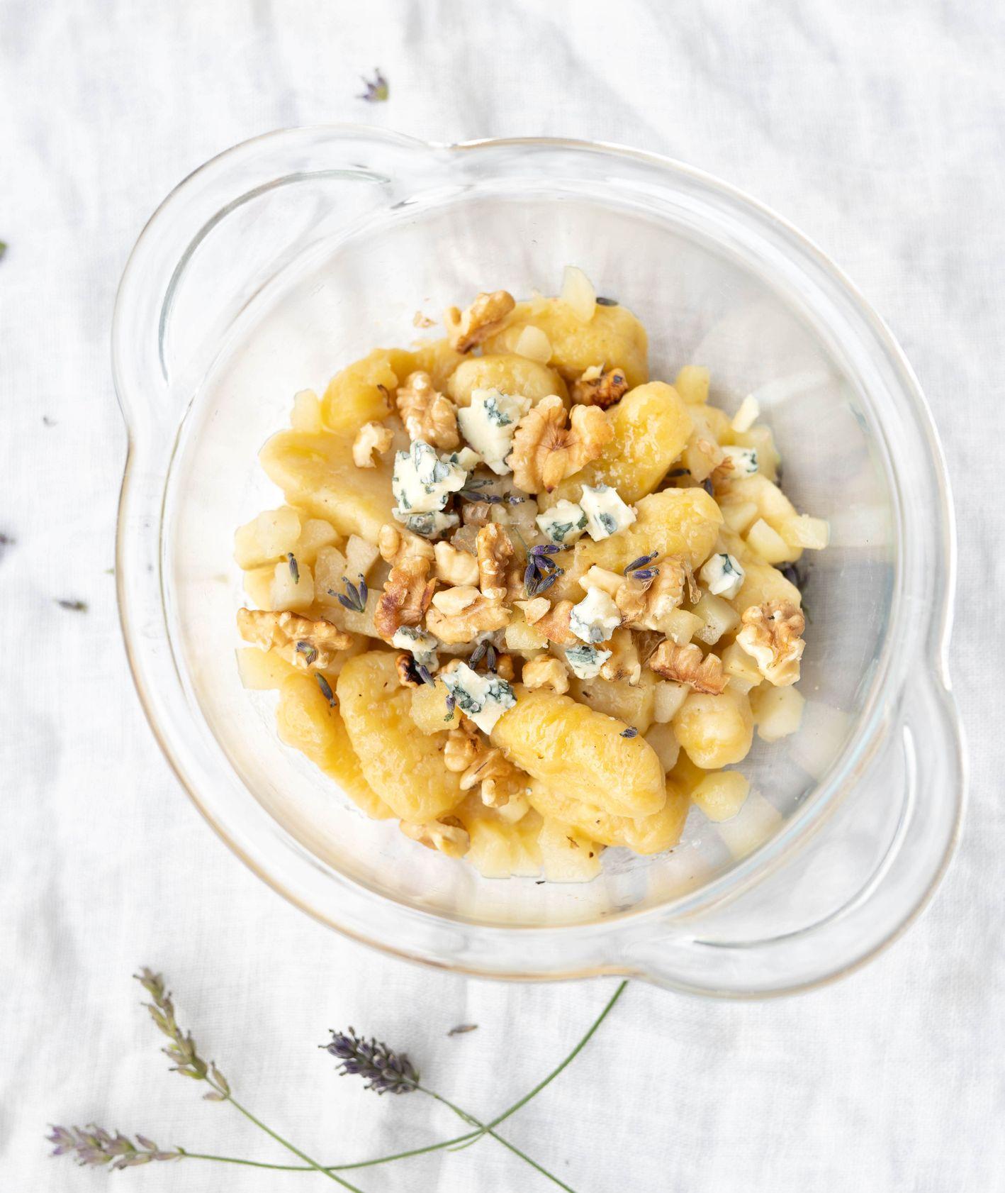 Dyniowe gnocchi z orzechami, karmelizowaną gruszką i kruszonym serem pleśniowym (fot. Martyna Cybuch)
