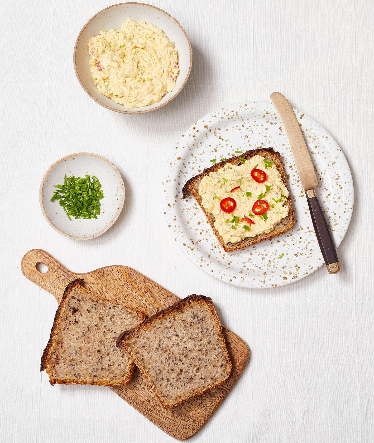 Wegańskie śniadania. Przepis na pastę bezjajeczną (fot. Maciek Niemojewski)
