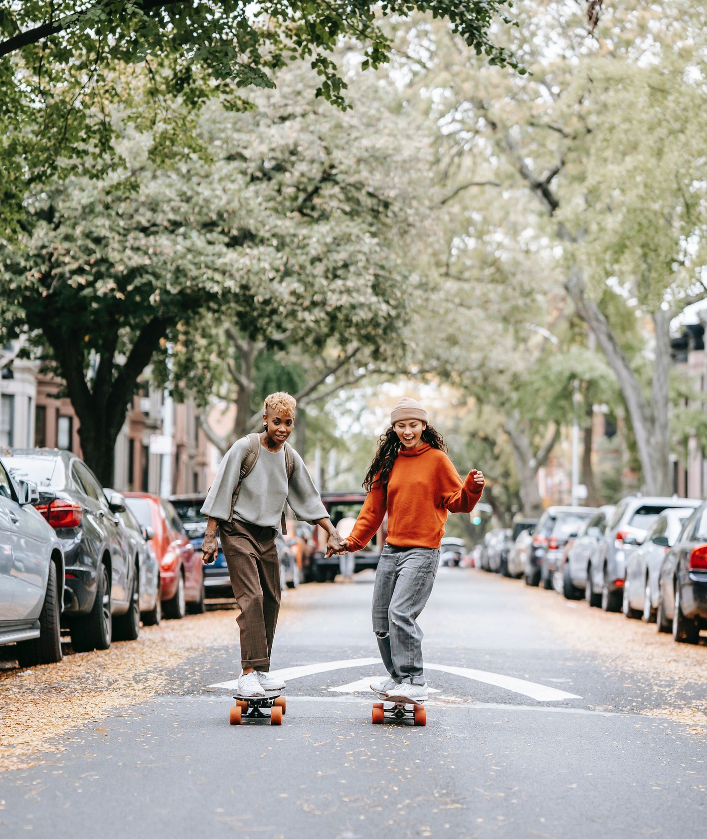 Dziewczyny jeżdżące na deskorolkach po mieście (fot. Tim Samuel / pexels.com)