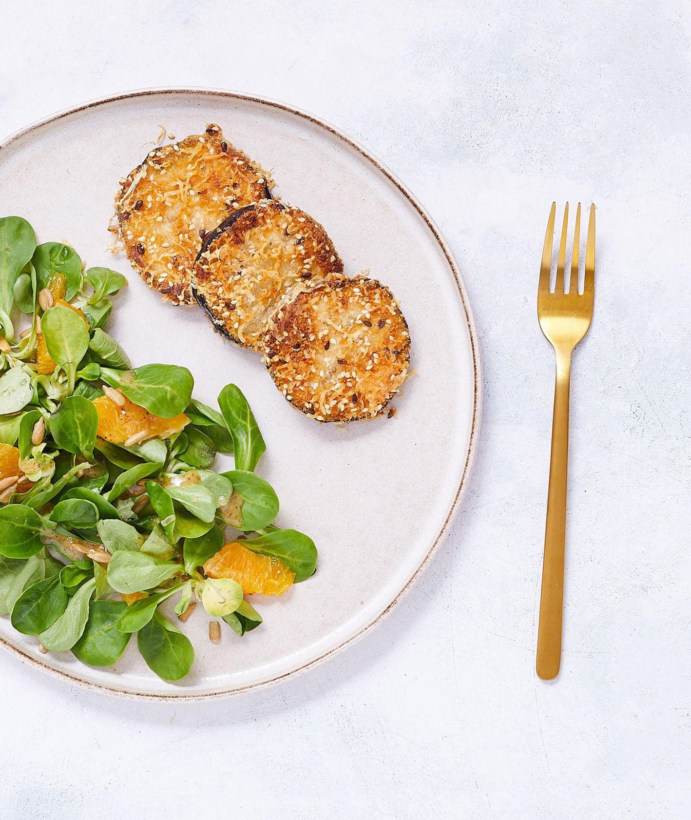 Smażone chipsy z bakłażana z parmezanem i sezamem podane z sałatką z pomarańczą i ziarnami słonecznika (fot. Maciek Niemojewski)